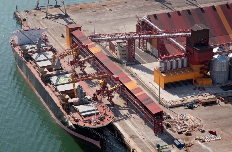 El puerto de Santander descargará esta semana 16.000 toneladas de manganeso del buque Molat