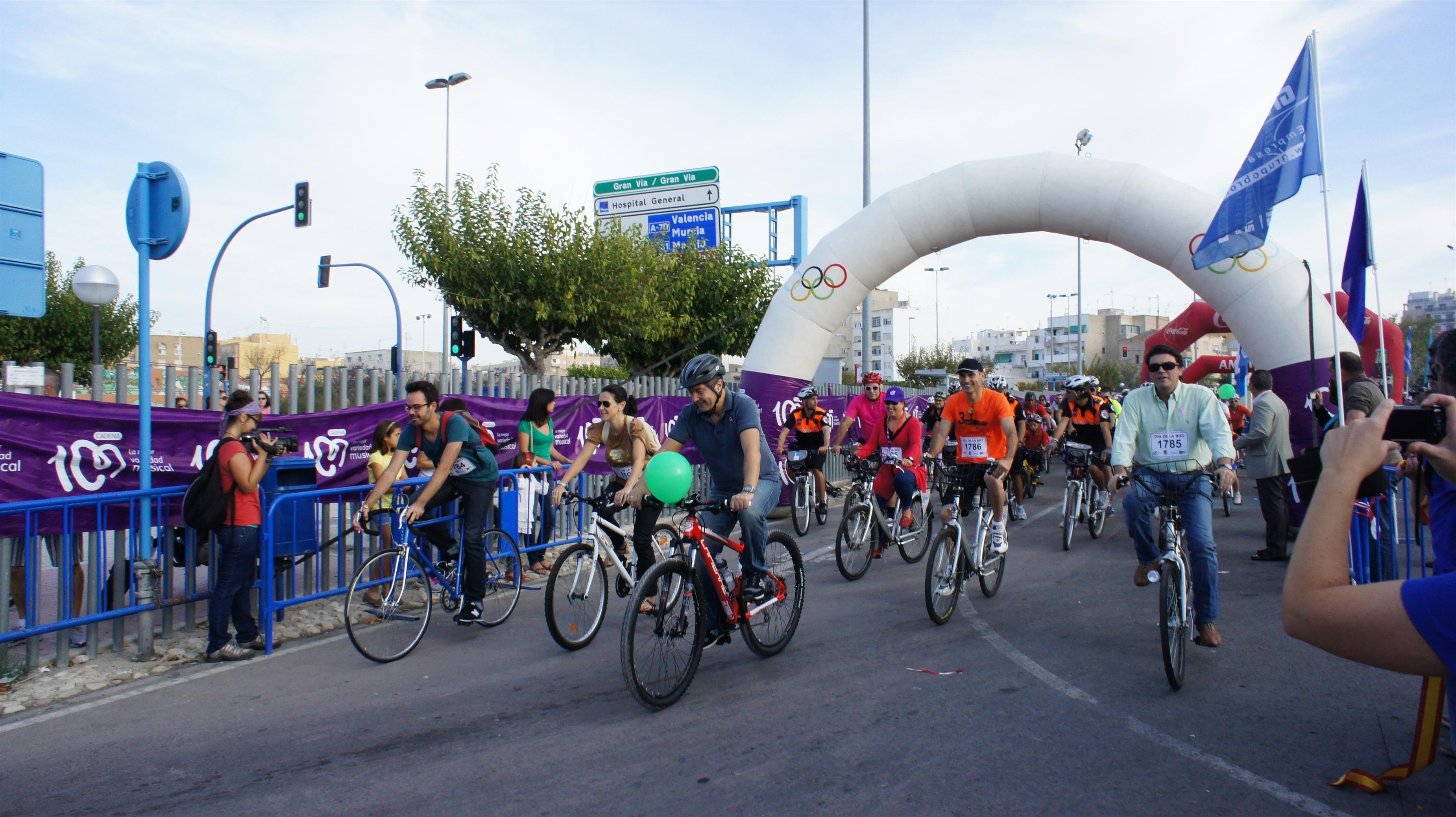 La segunda edición del Día de la Bici moviliza a más de 2.000 ciclistas
