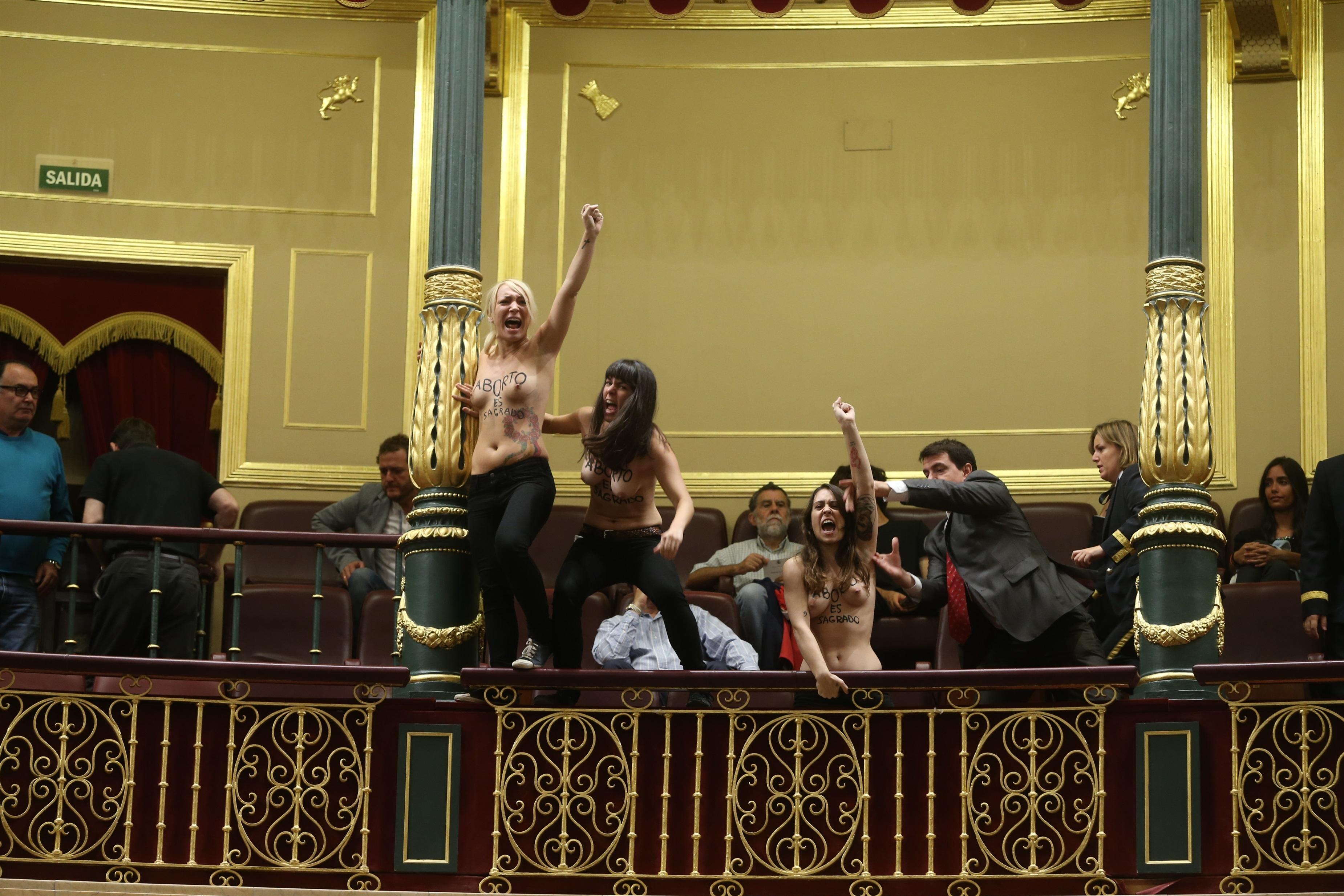 El PSOE protesta a Posada porque una de sus invitadas al Congreso fue desnudada en un cacheo