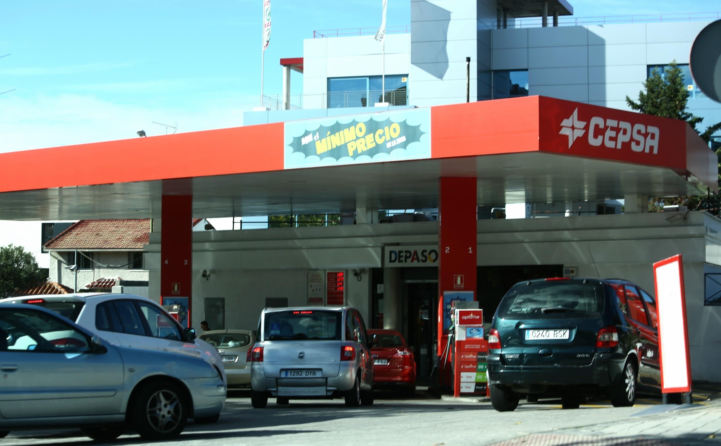 (Ampl.) El gasóleo se abarata un 1% y la gasolina baja de los 1,4 euros en vísperas de Todos los Santos