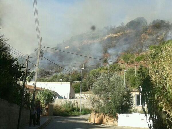 Un incendio forestal en Esparreguera obliga a evacuar dos casas