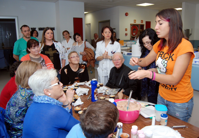Los pacientes oncológicos del Hospital de Talavera con las «manos en la masa» en un taller de cupcakes
