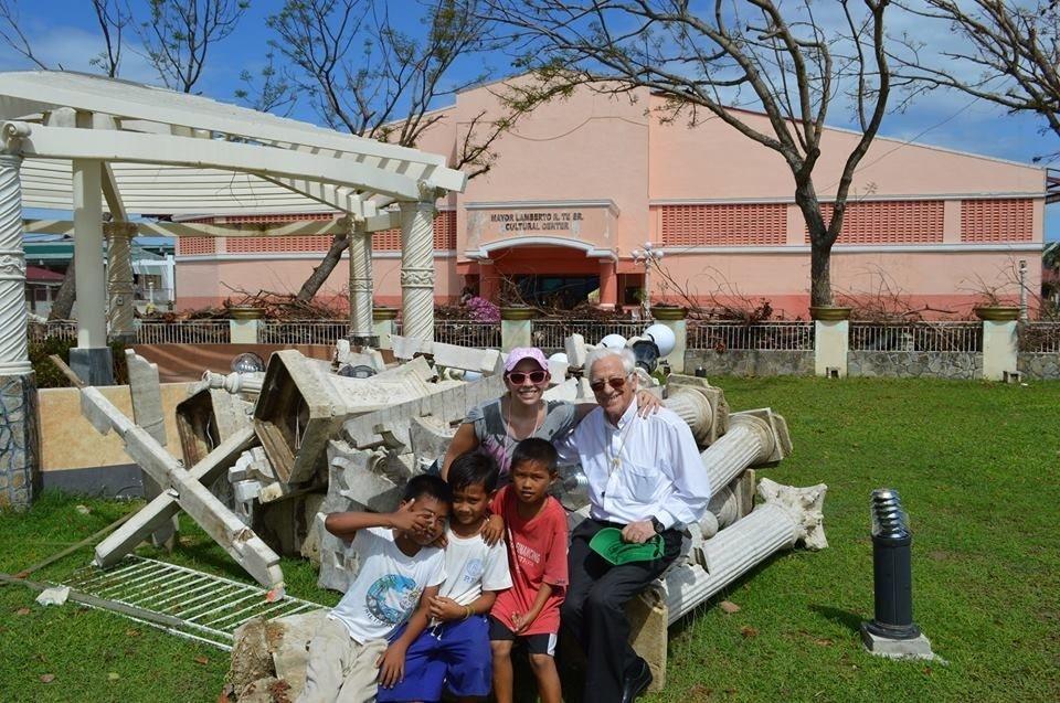 El padre Ángel aterriza en Filipinas para repartir ayuda sanitaria y preparar un plan de reconstrucción de escuelas