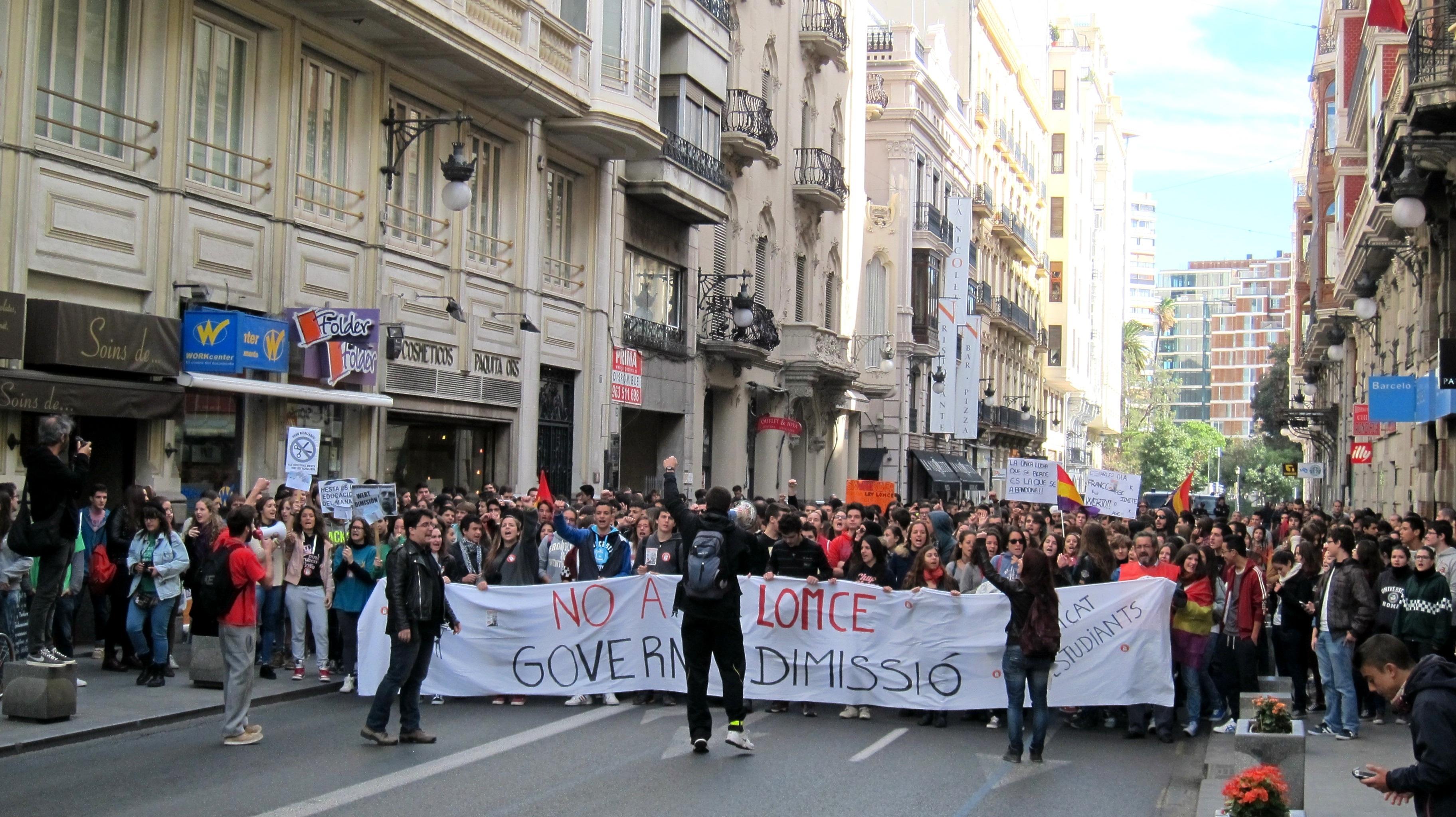 Centenares de estudiantes se manifiestan en Valencia contra la LOMCE y por una «educación digna»