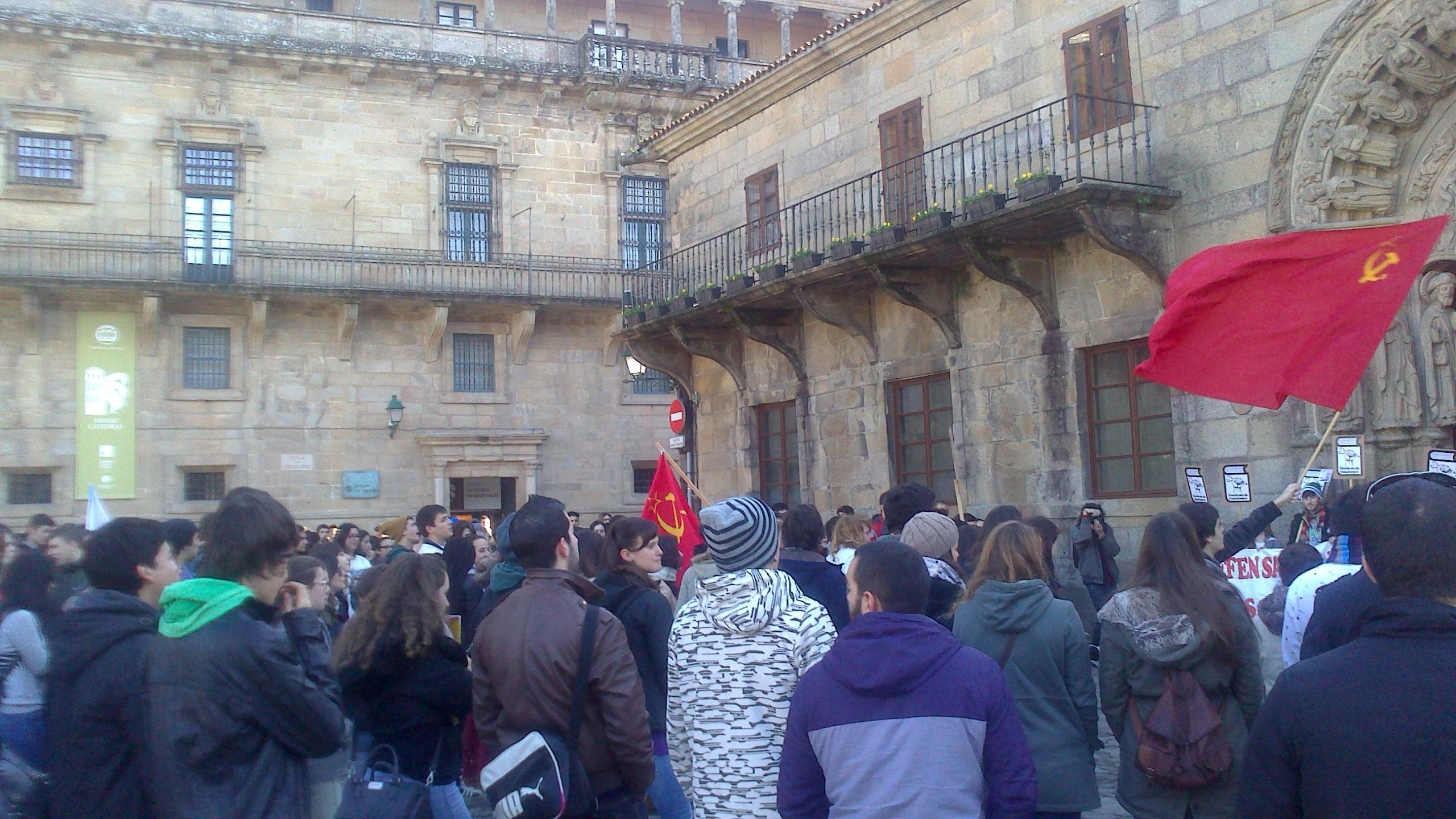 Cientos de estudiantes salen a la calle en Santiago para mostrar su rechazo a la Lomce y los recortes en Educación