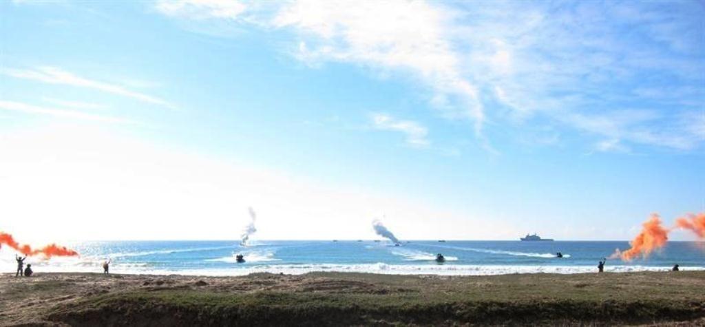 Morenés asiste a la demostración de capacidades anfibias del ejercicio militar Copex 13 en Barbate (Cádiz)