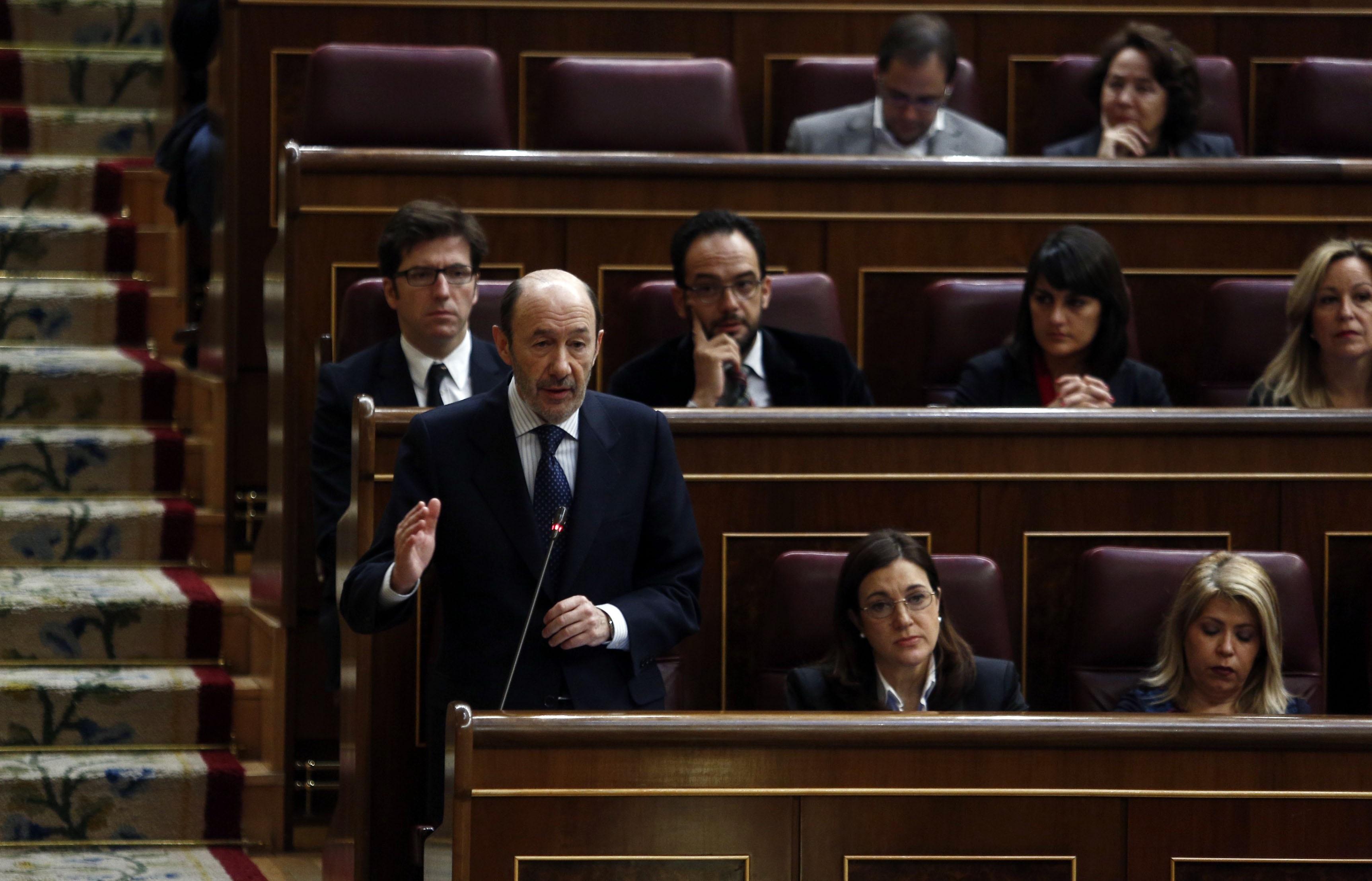Rubalcaba acusa a Rajoy de llevar dos años «recortando derechos» y el presidente le acusa de no aportar «recetas»
