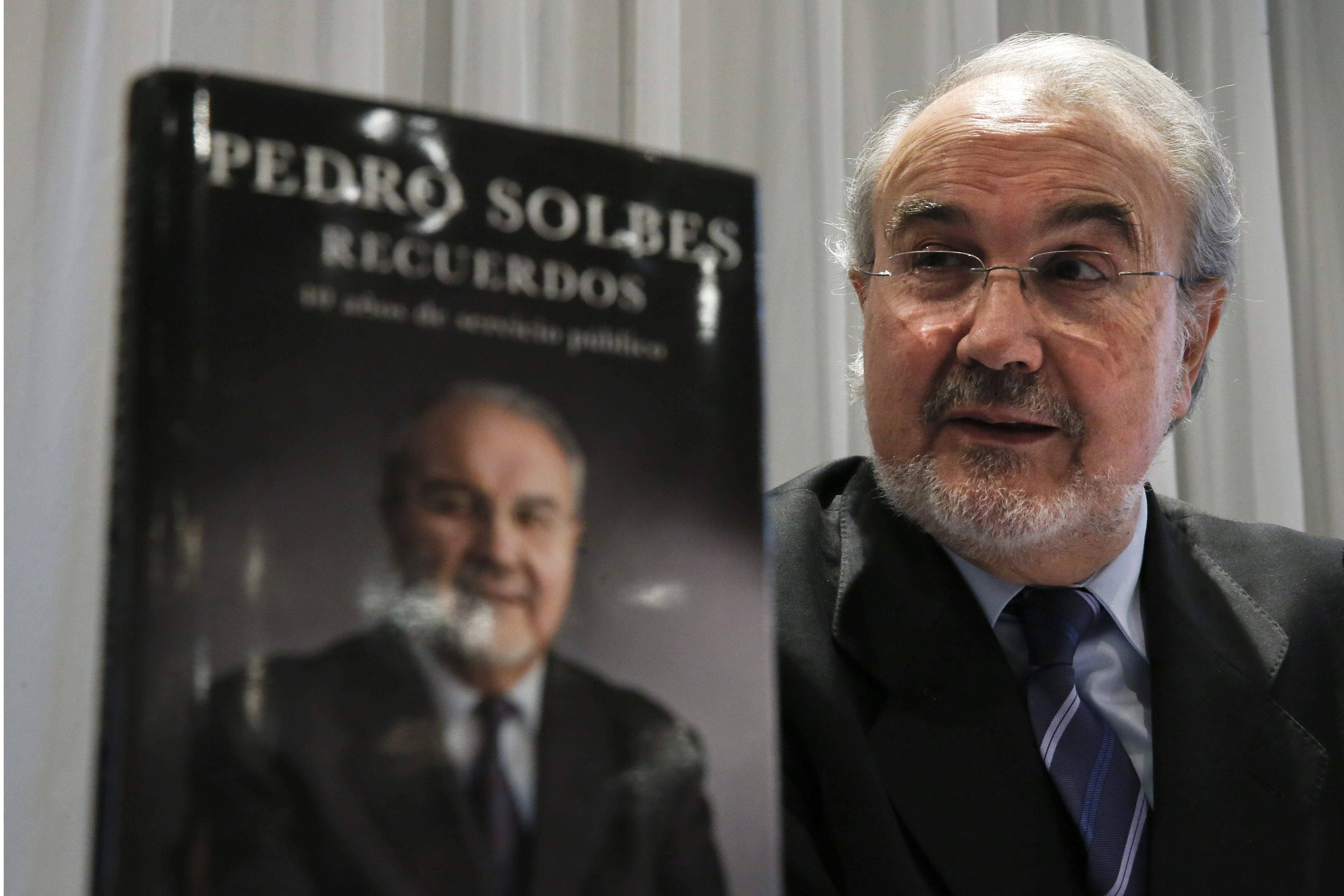 Solbes insiste en que le dio en mano a Zapatero el documento en el que anunciaba la crisis y apunta que tiene una copia