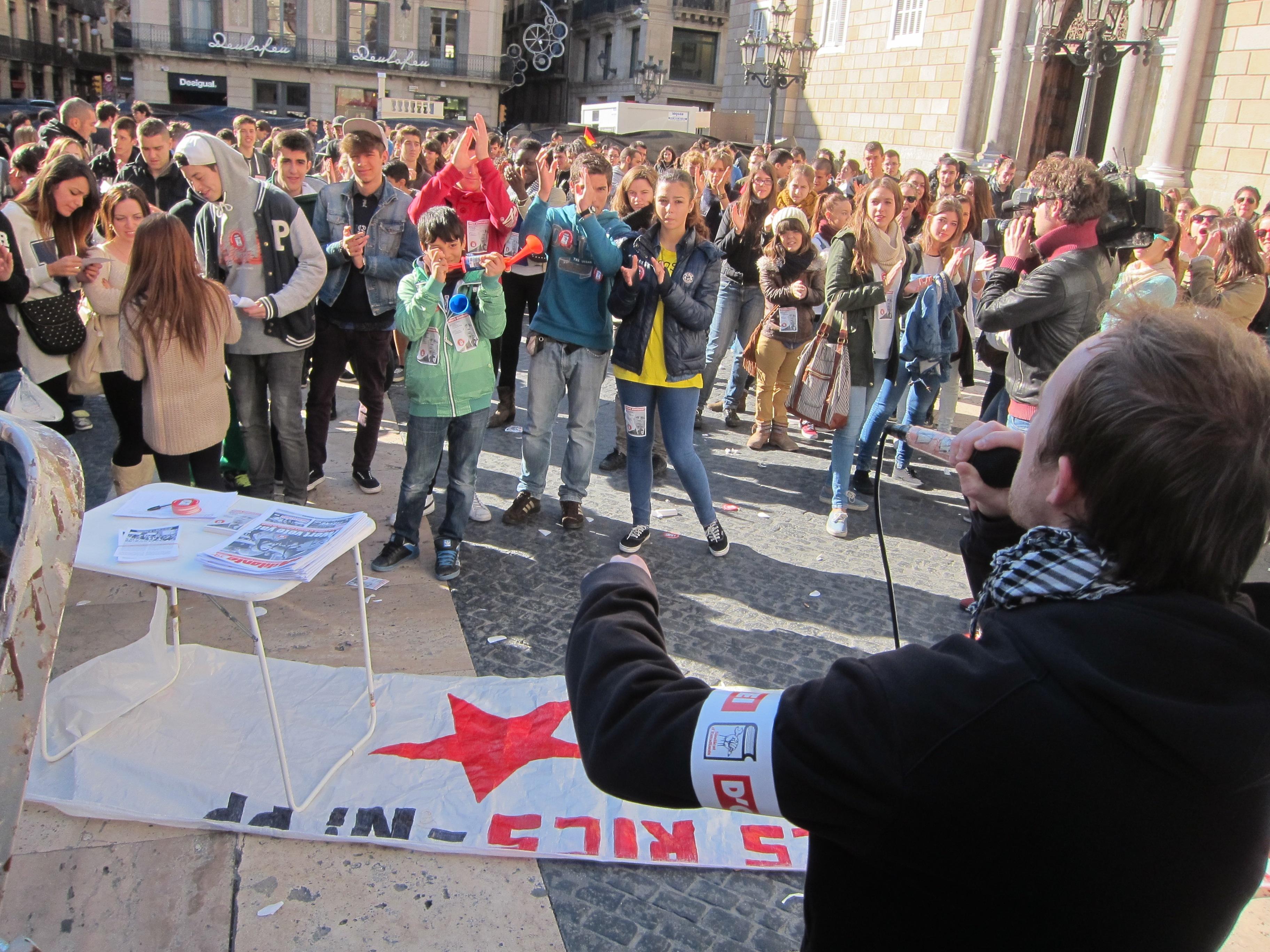 Más de un centenar de estudiantes se concentra en Barcelona contra la aprobación de la Lomce