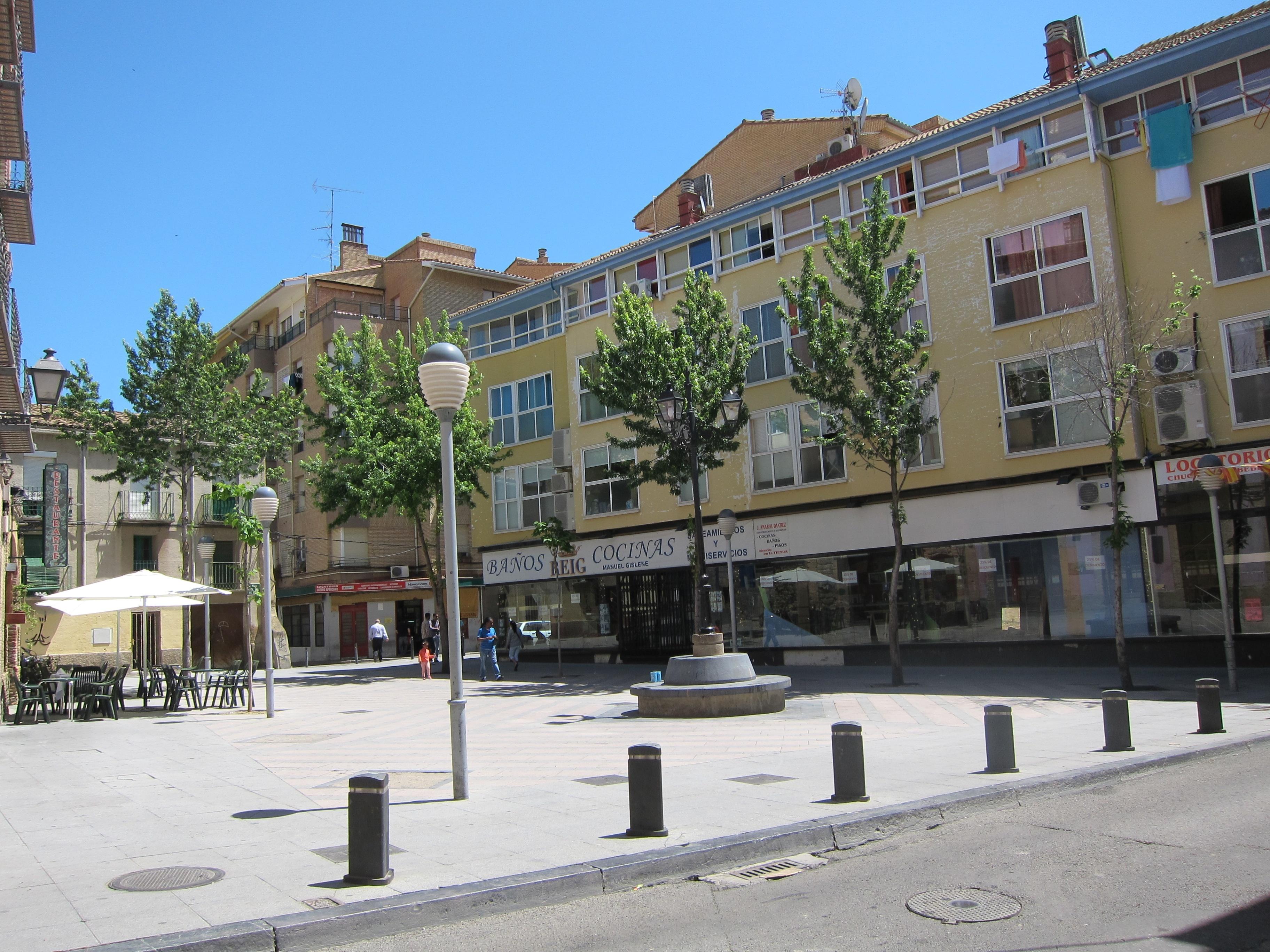 Un grupo de personas con Síndrome de Asperger trabaja en una aplicación móvil sobre la zona peatonal de Huesca