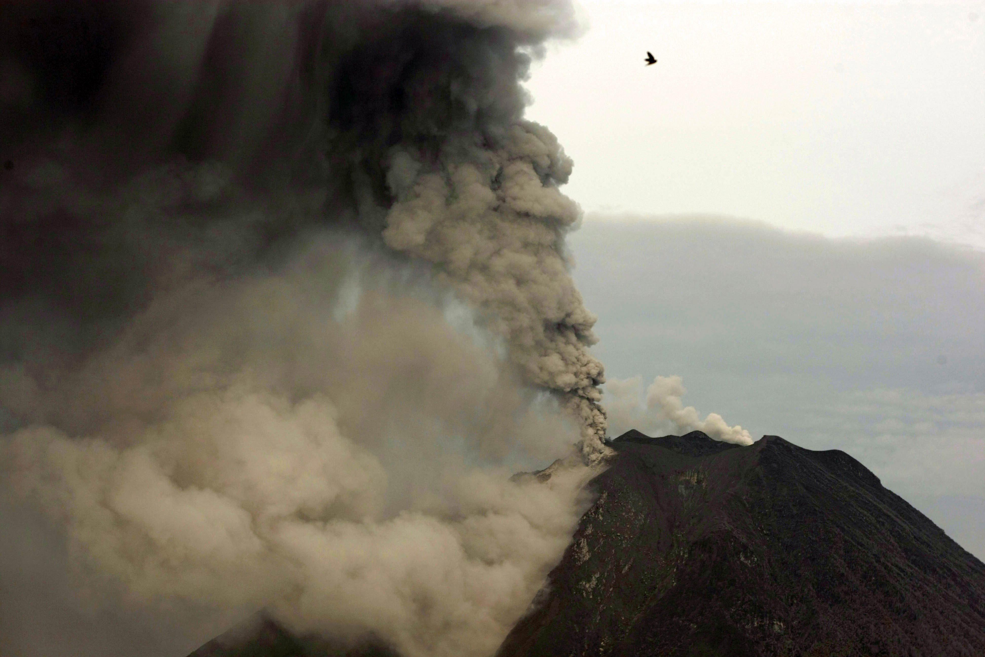 Alerta máxima en el volcán Sinabung de Indonesia por las continuas erupciones