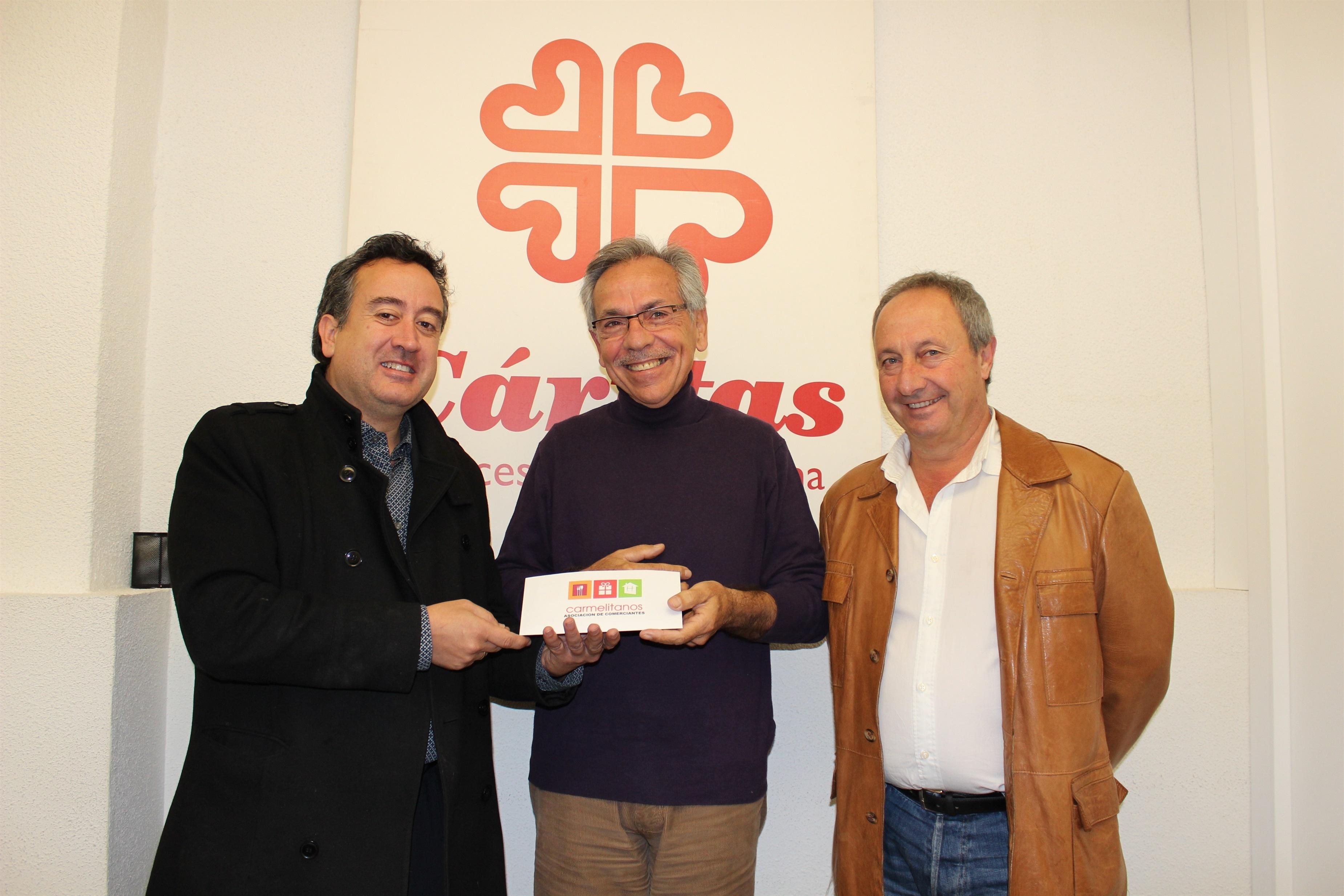 Asociación de Comerciantes Carmelitanos entrega a Cáritas entradas para la pista de hielo y el tobogán con trineos