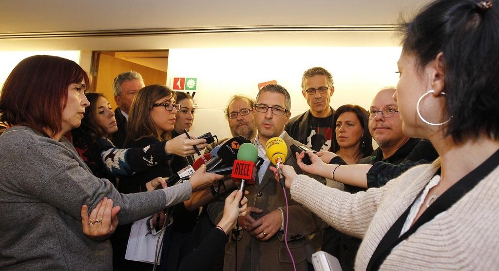 Catorce partidos políticos se comprometen a derogar la Ley Eléctrica cuando cambie el Gobierno