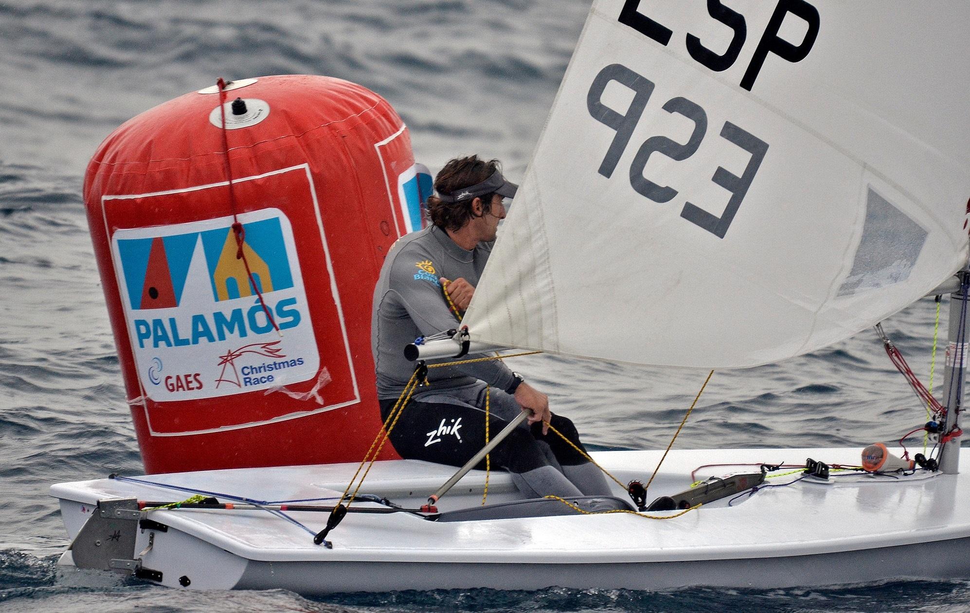 Jesús Rogel sigue dominando la clase Laser de la GAES Christmas Race