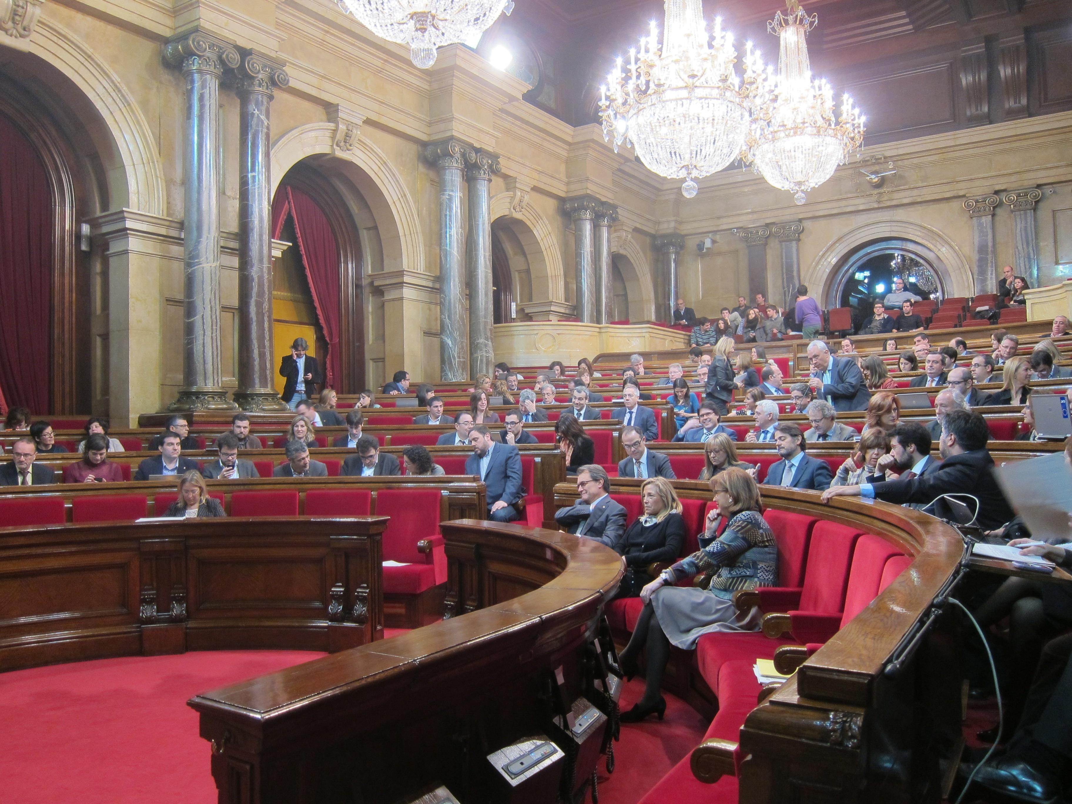 Una delegación de Bildu visita el Parlamento catalán para interesarse por la pregunta y la fecha