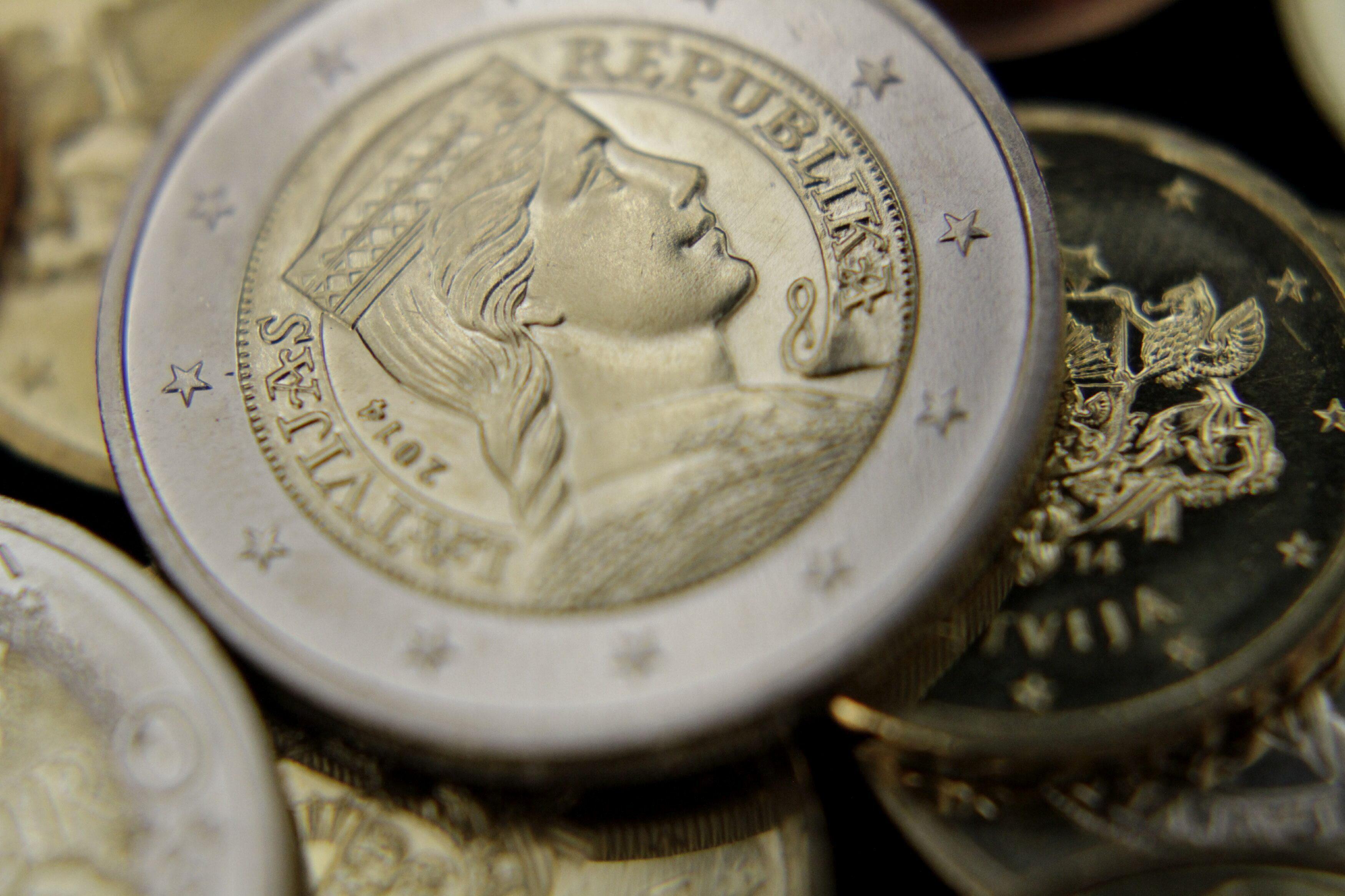 El euro baja a 1,3683 dólares en Fráncfort