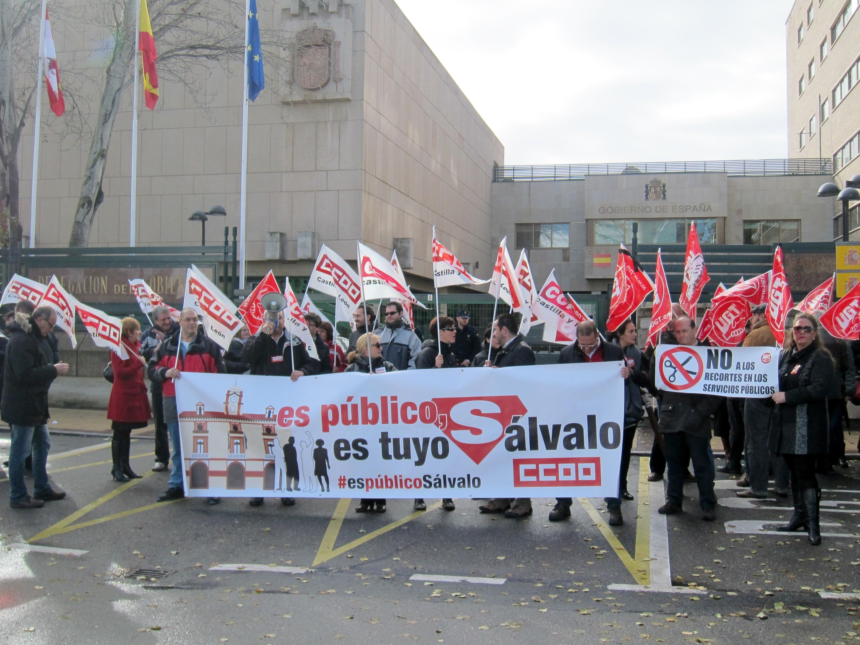Una treintena de sindicalistas se concentra ante la Delegación del Gobierno contra la »ley Montoro»