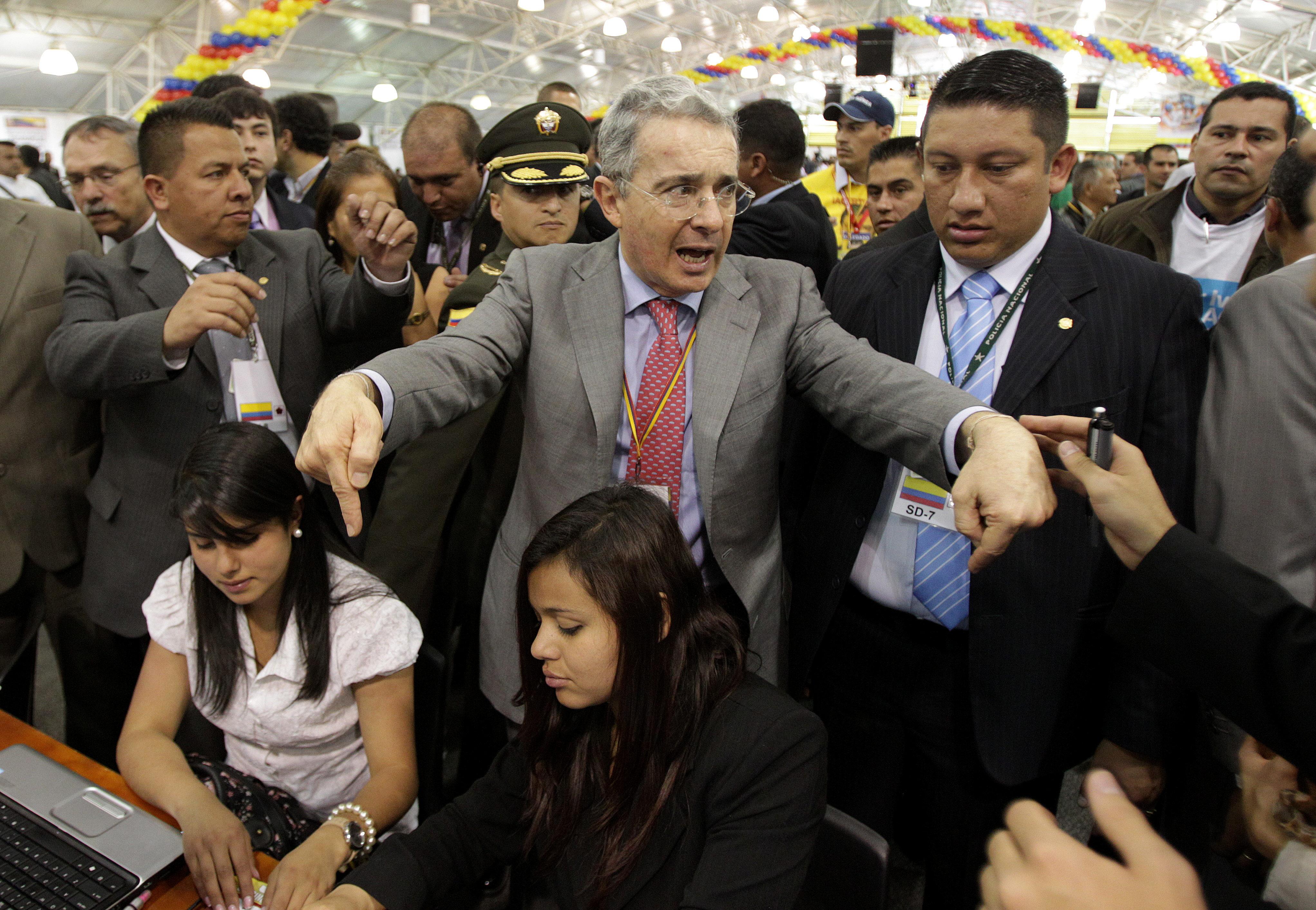 Uribe pide al Congreso investigar los supuestos negocios para la reelección de Santos