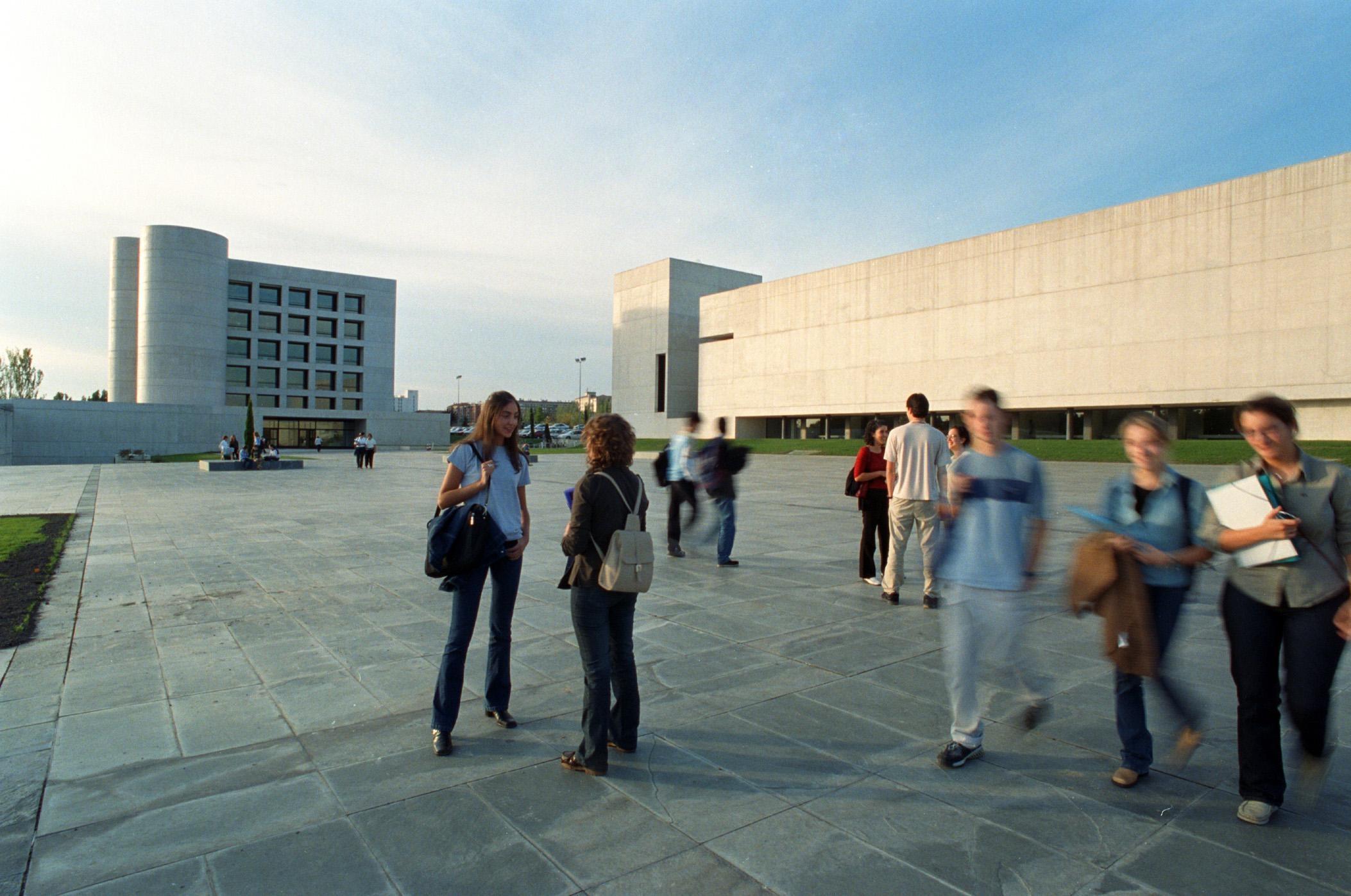 La Universidad de Navarra convoca el Premio Ernestina de Champourcin para promocionar estudios sobre la mujer