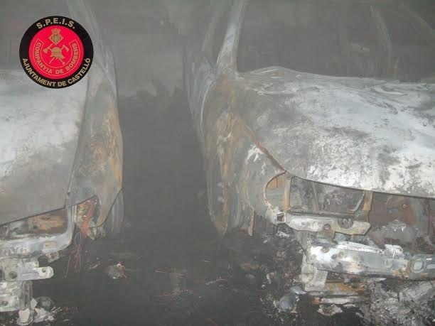 Un incendio en un garaje de la calle Manuel Azaña calcina tres turismos
