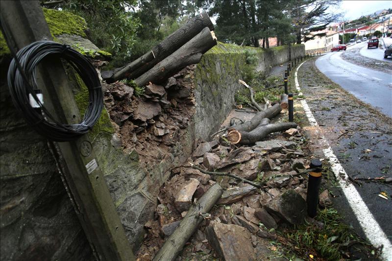 El temporal provoca cortes de circulación en medio centenar de carreteras en Asturias