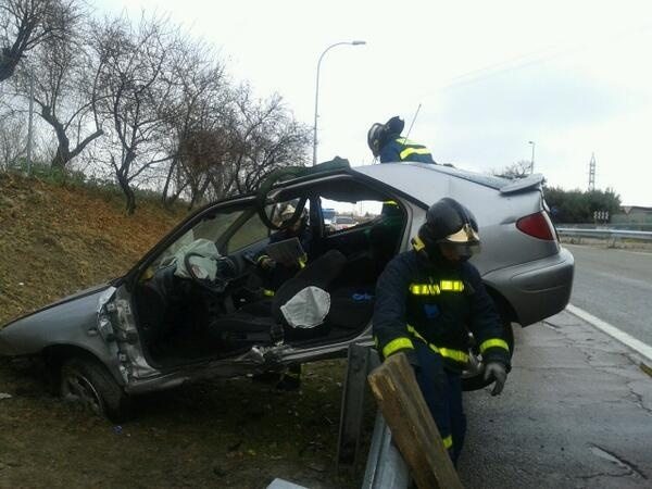 Aparatoso accidente en la M-607, donde un padre y sus dos hijos sufren múltiples contusiones pero sin gravedad