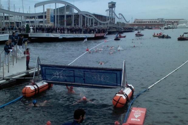 Unos 300 nadadores participan en la Copa Nadal de Barcelona