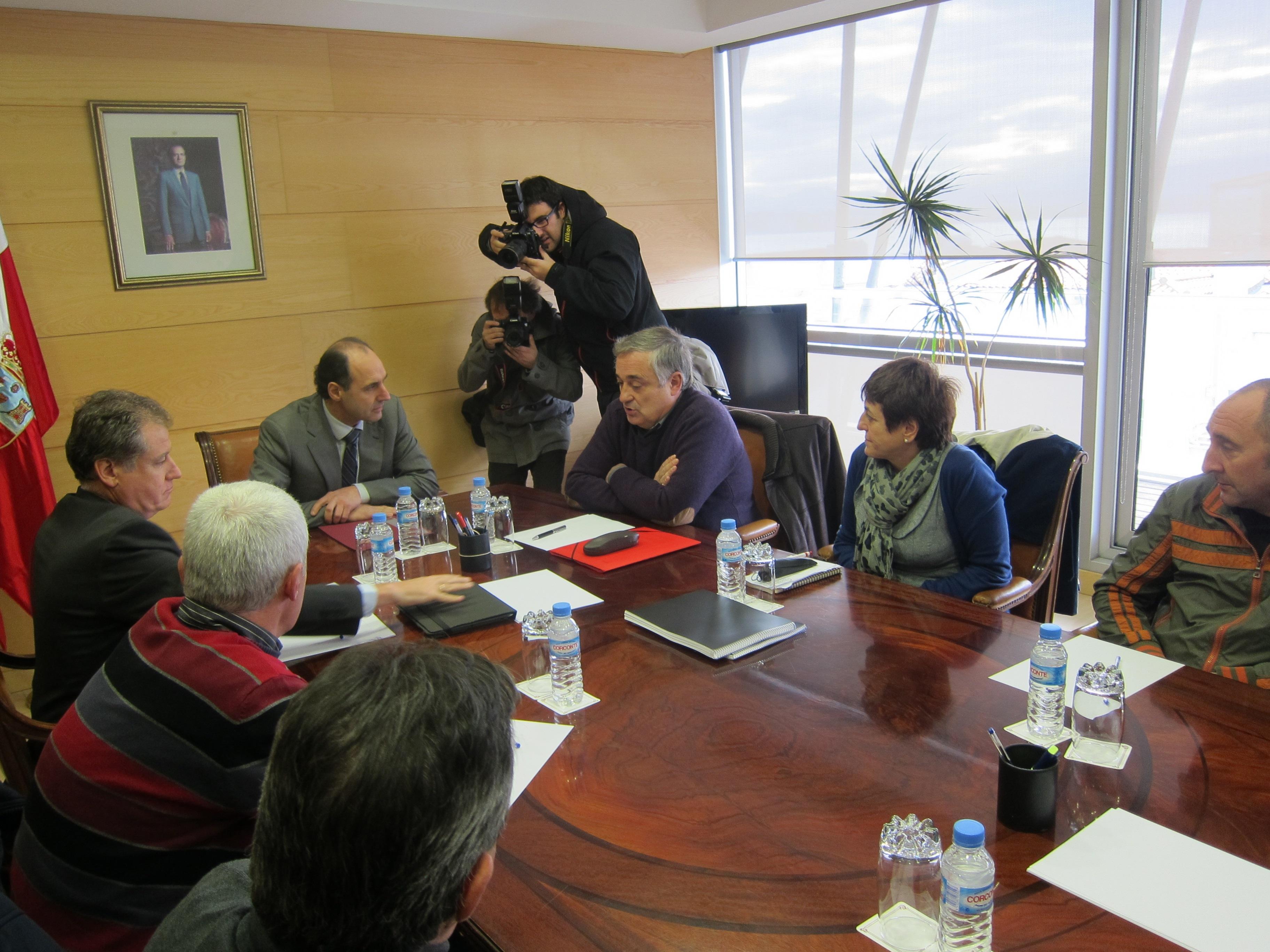 (Amp.) El presidente de Cantabria insiste en que la solución de Sniace depende «exclusivamente» de la empresa