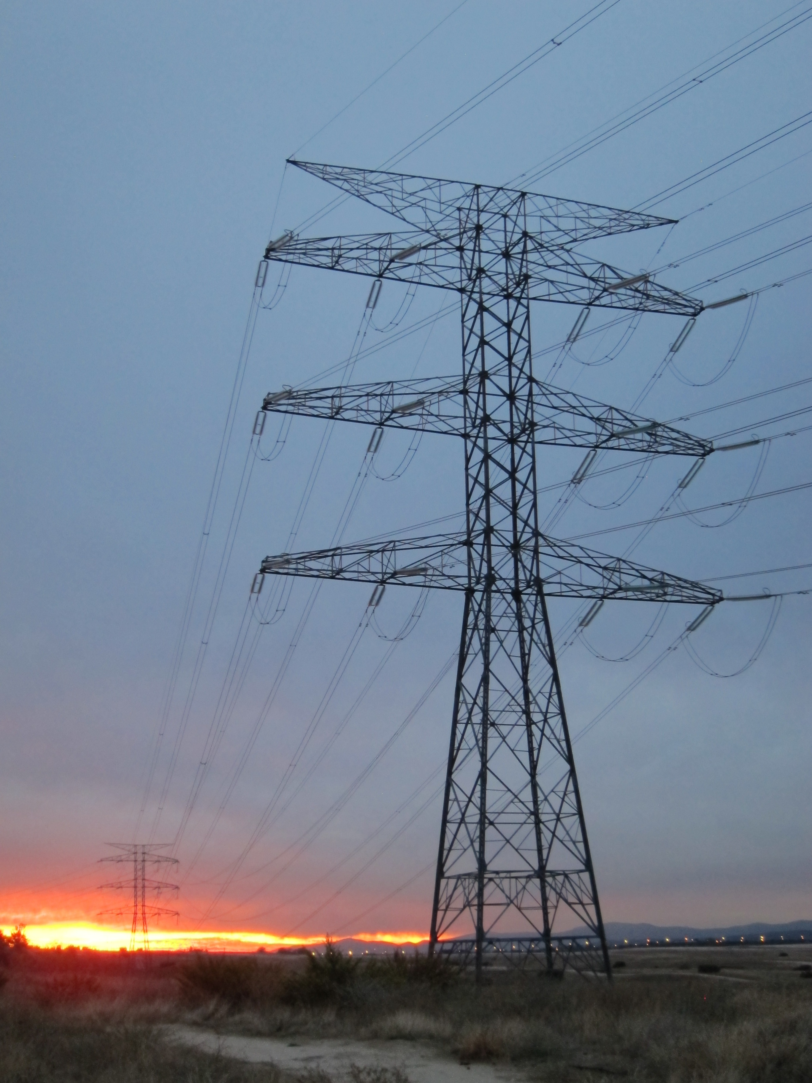 (Ampl.) La CNMC recomienda al Gobierno una subida de la luz del 1,4% o del 2,9% por la subasta