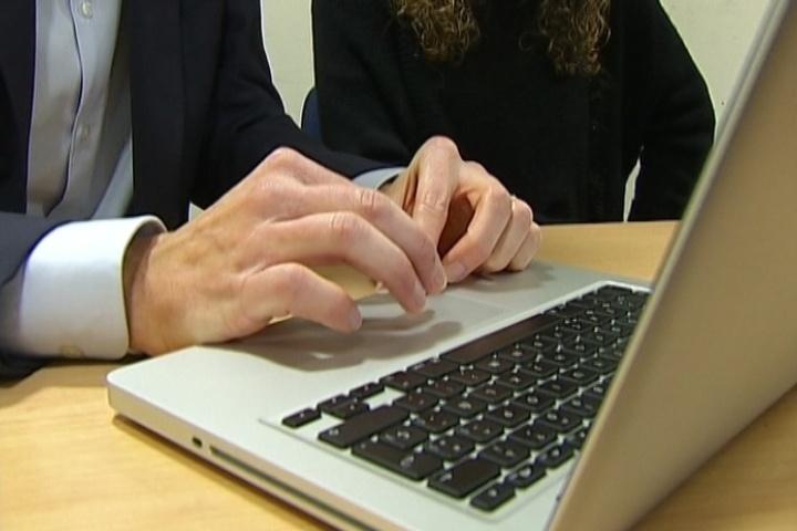 Ausbanc presenta cuatro guías sobre los riesgos de comprar por Internet y los derechos de los consumidores en telefonía