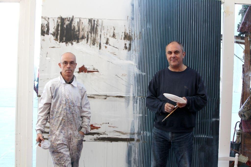 Los artistas Calo Carratalá y Javier Chapa pintan un cuadro a dúo para donarlo a la Casa de la Caridad