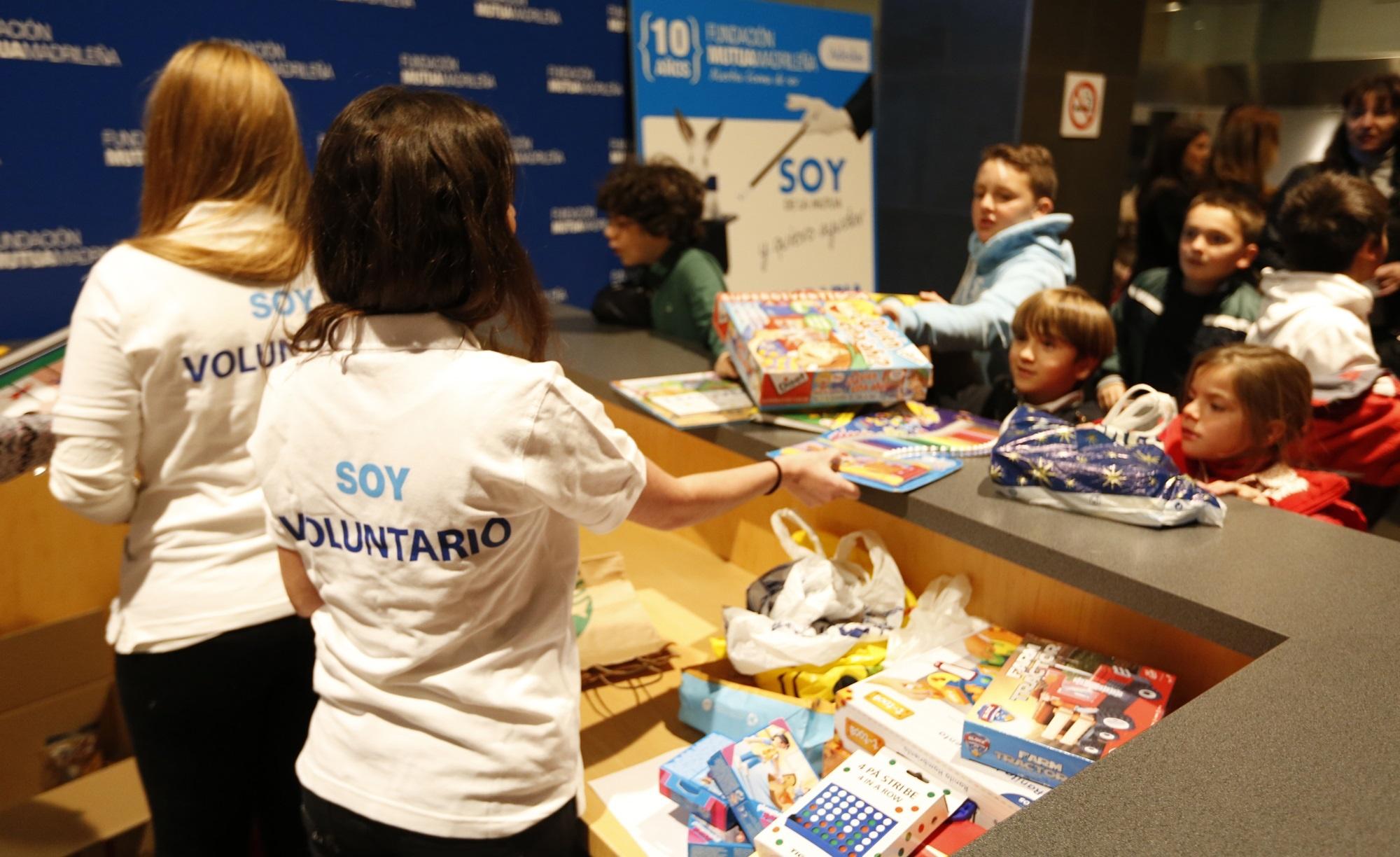 Fundación Mutua Madrileña recoge más de 1.000 regalos para los centros de apoyo a menores y familias de Cáritas