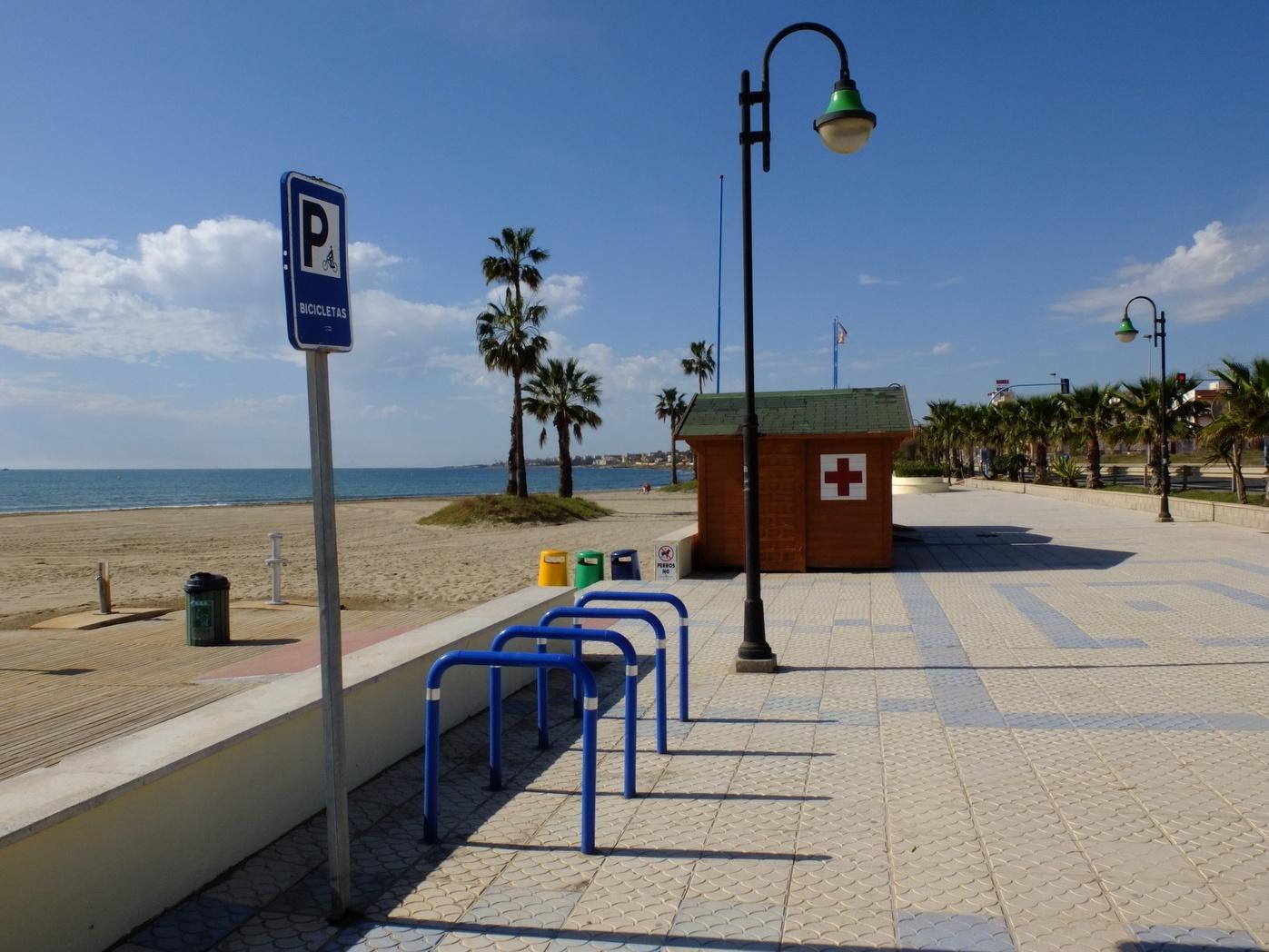La Guardia Civil investiga la aparición de restos óseos en una cala de Torrevieja (Alicante)