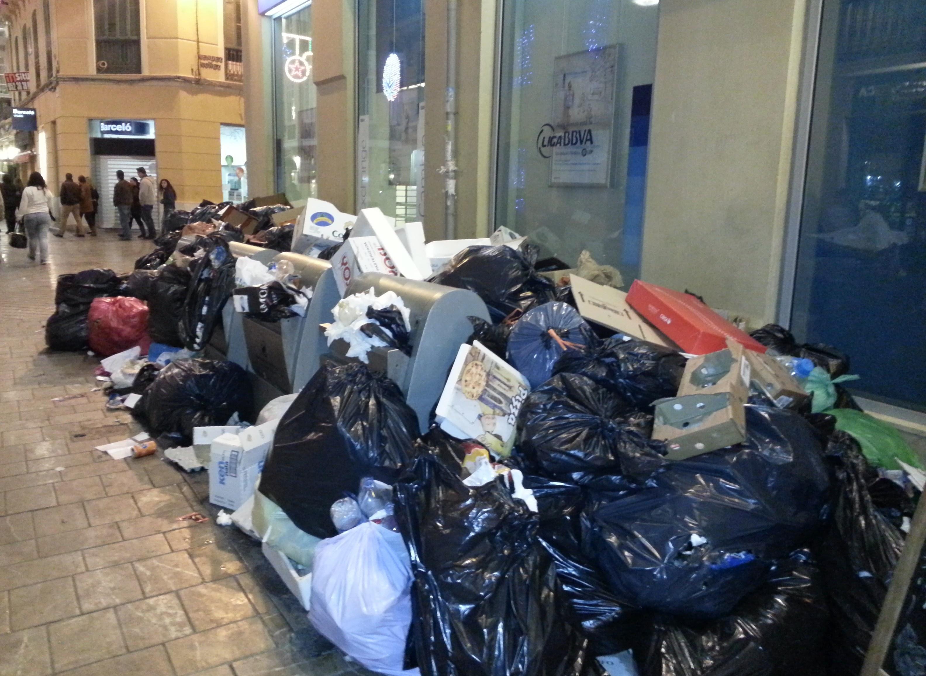 Limasa retira el ERTE y terminará este viernes la recogida de basura acumulada en calles y polígonos