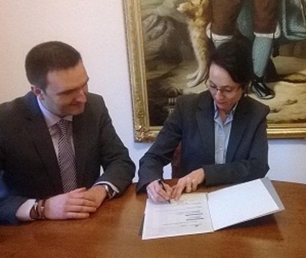 La Obra Social «la Caixa» entrega 8.000 euros al Ayuntamiento de Huesca para el programa Zona Abierta dirigido a jóvenes