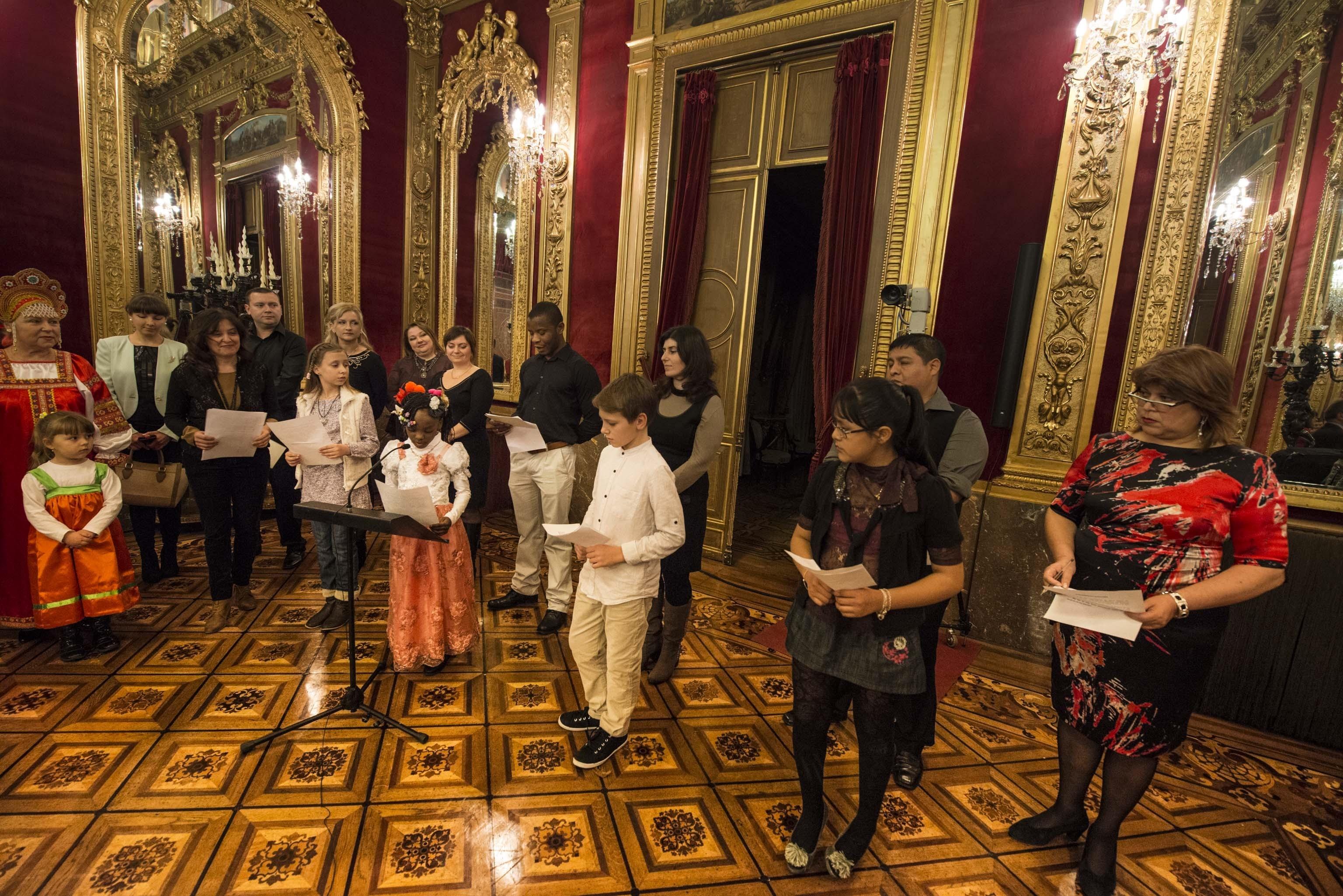 Alli agradece a los artistas del Festival de las Naciones su participación en la vida social de Navarra