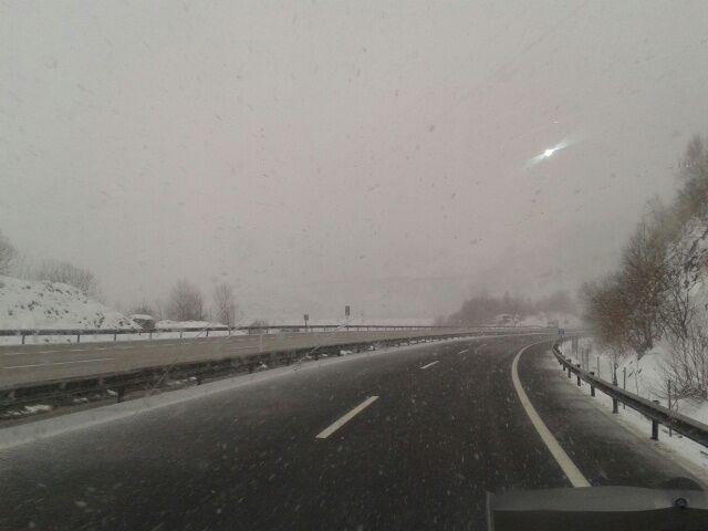 La nieve obliga a usar cadena en 13 carreteras y puertos de León y en un 1 de Burgos mientras dos vías están cerradas