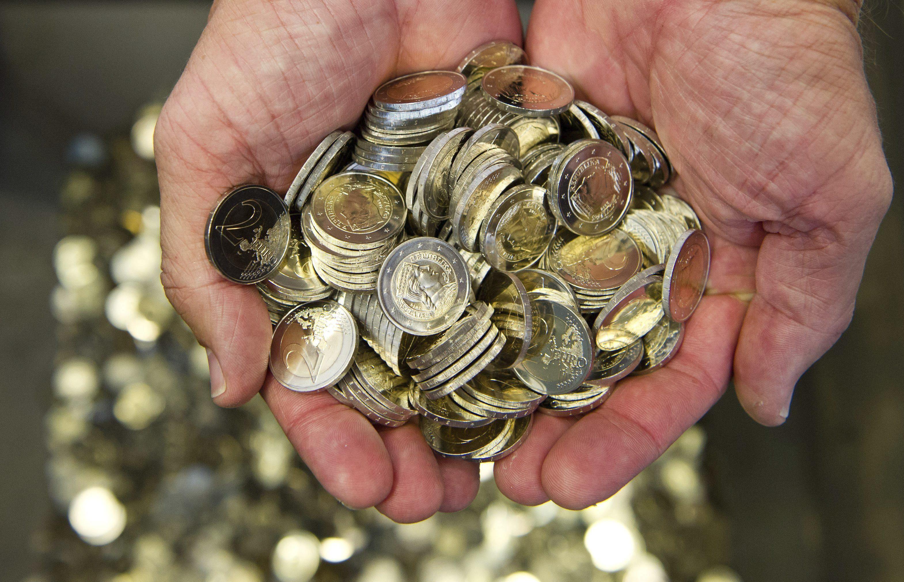 El euro cae hasta los 1,3685 dólares
