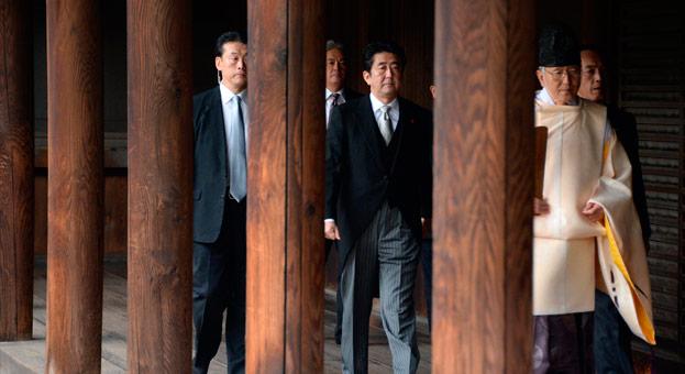 El primer ministro de Japón visita el polémico santuario bélico de Yasukuni