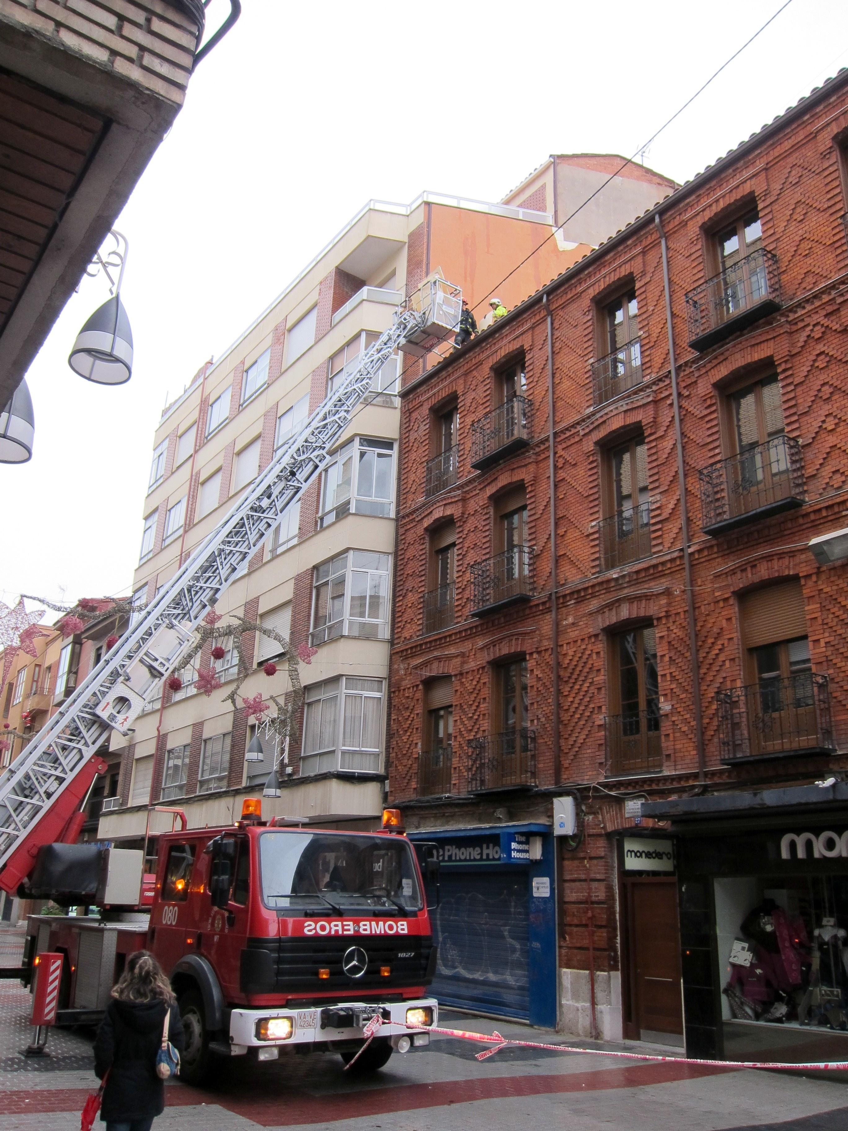 Bomberos retiran en Valladolid 30 metros cuadrados de revestimiento de una fachada desprendido por el viento