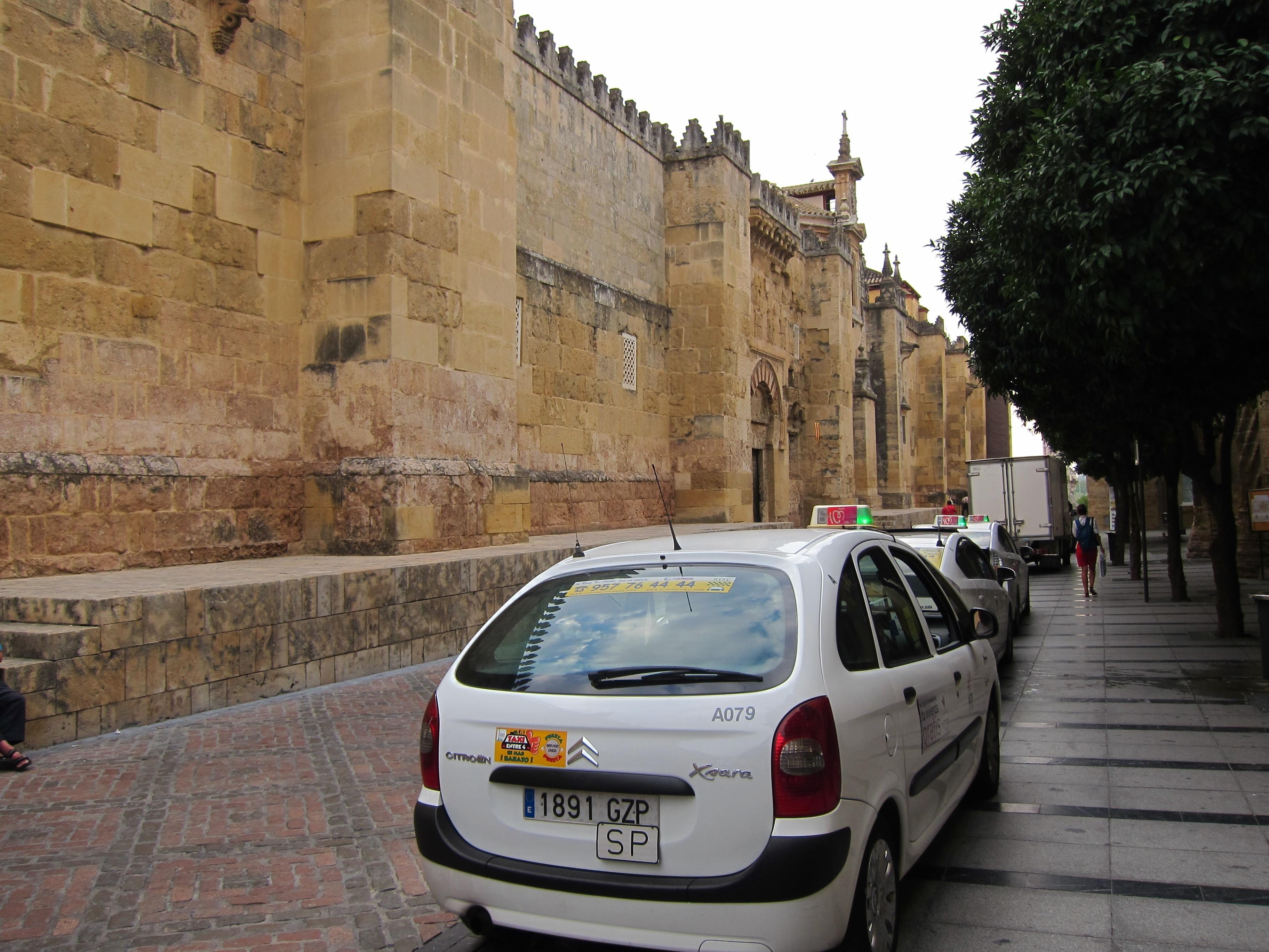 El Ayuntamiento aplica nuevas medidas para limitar el tráfico en el entorno de la Mezquita