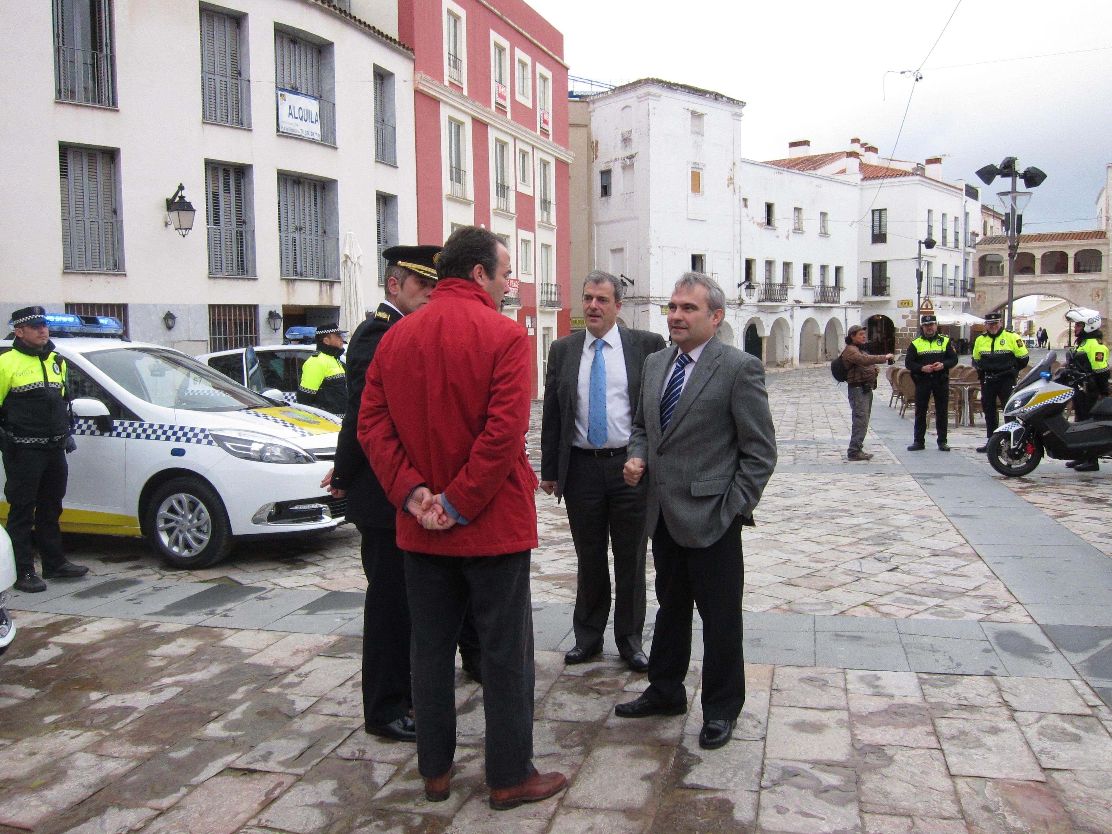 El »multacar» de la Policía Local pacense empieza a funcionar en pruebas y en un mes multará los aparcamientos indebidos