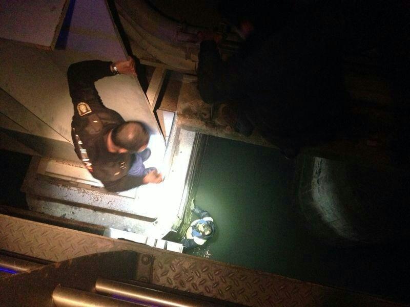 Rescatan a un hombre tras precipitarse desde el puente del río Guadalete en El Puerto