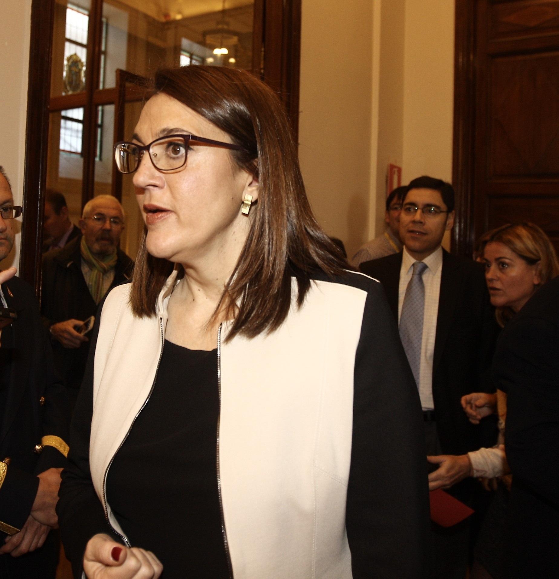 PSOE replica a Cospedal que no cuestiona el derecho a trabajar de su marido sino que se sirva de su cargo para colocarle