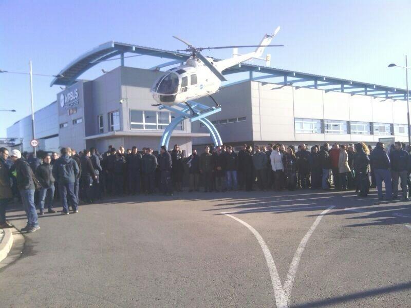 Trabajadores de Airbus Helicopters se concentran para mostrar su preocupación por la reducción de la carga de trabajo