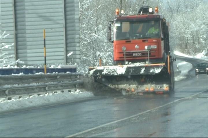 La nieve mantiene cerrados tres carreteras en Zamora, Salamanca y Burgos y obliga a cadenas en 21 tramos
