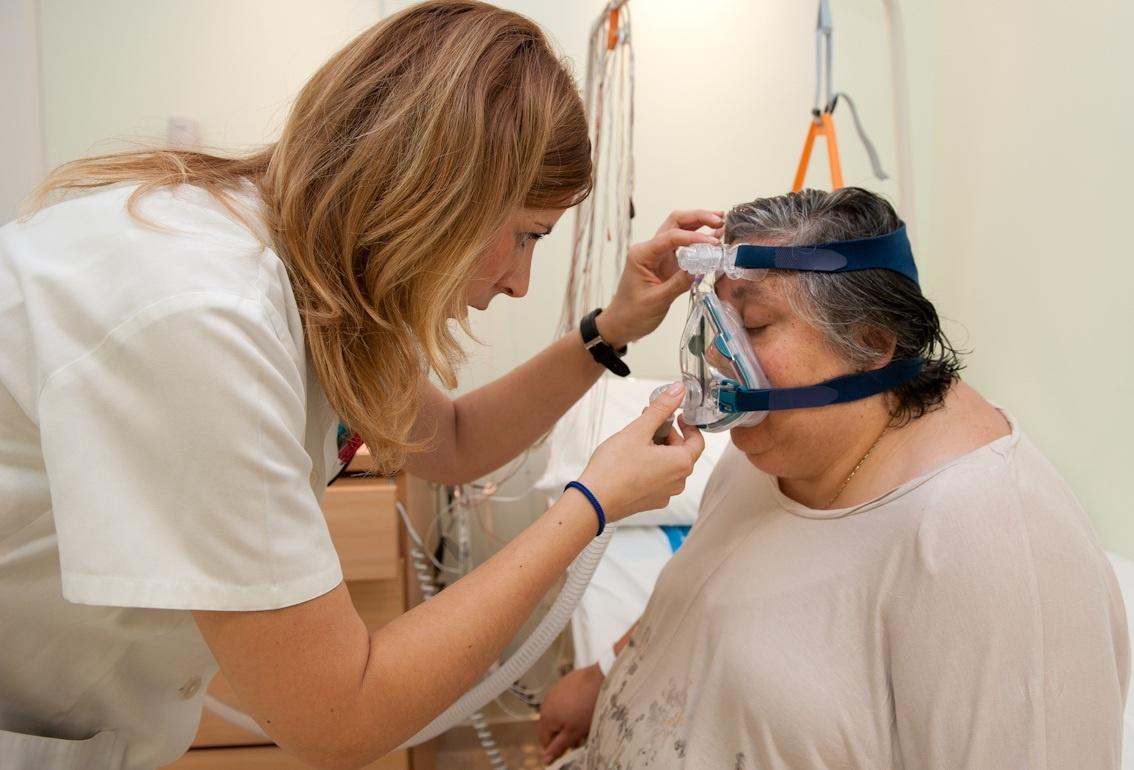 Las mascarillas nasales para la apnea del sueño reducen la hipertensión