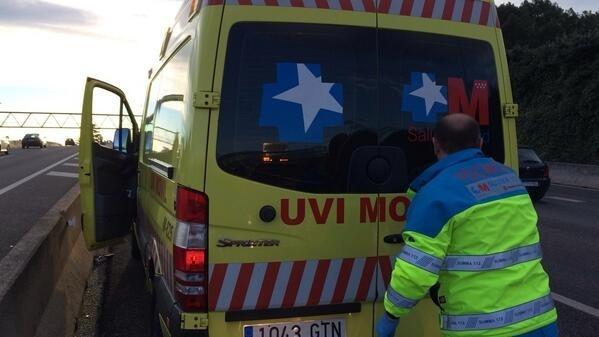 Un motorista herido grave tras un alcance con dos turismos