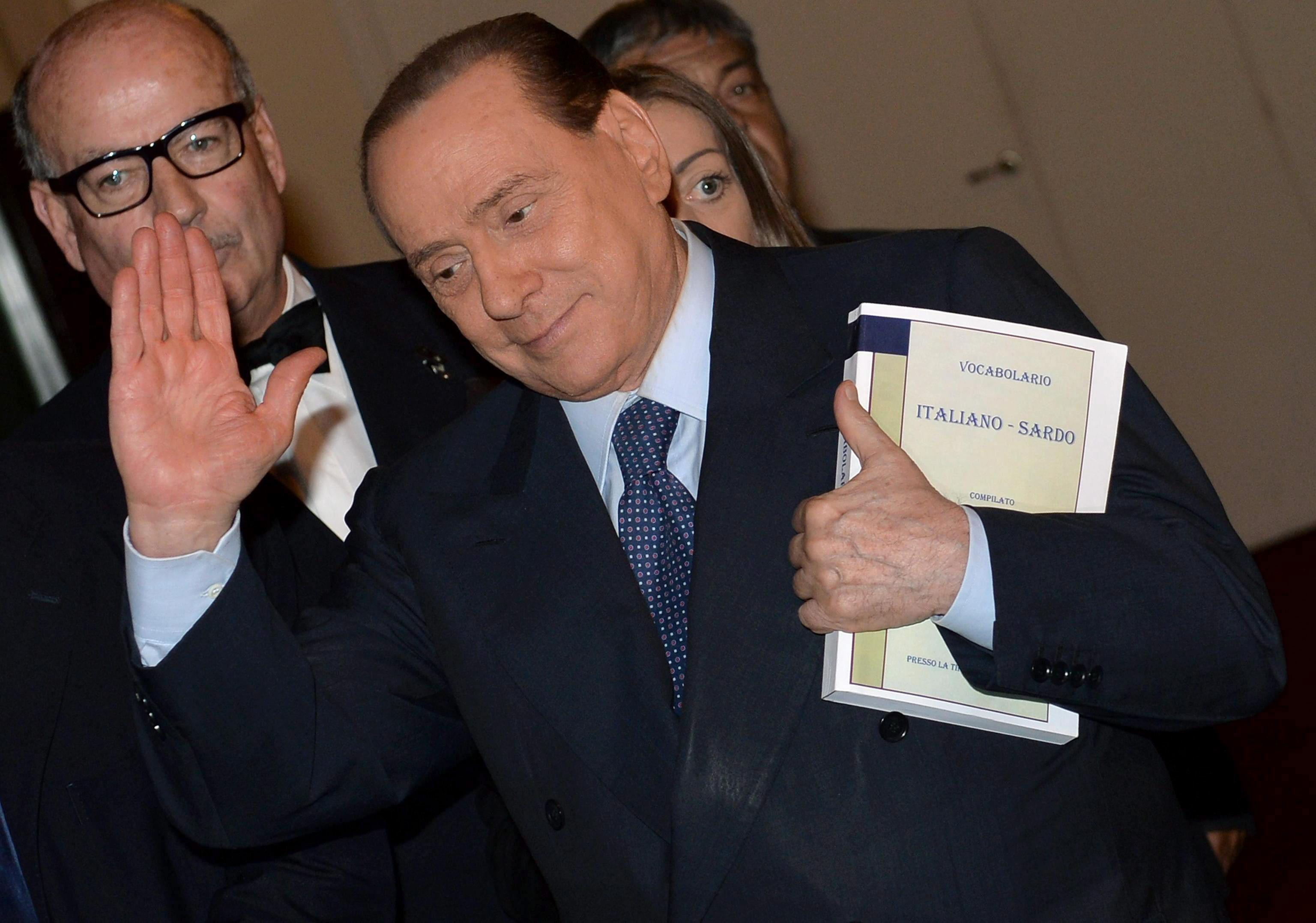 Berlusconi reaparece en un mitin y desmiente divergencias en Forza Italia