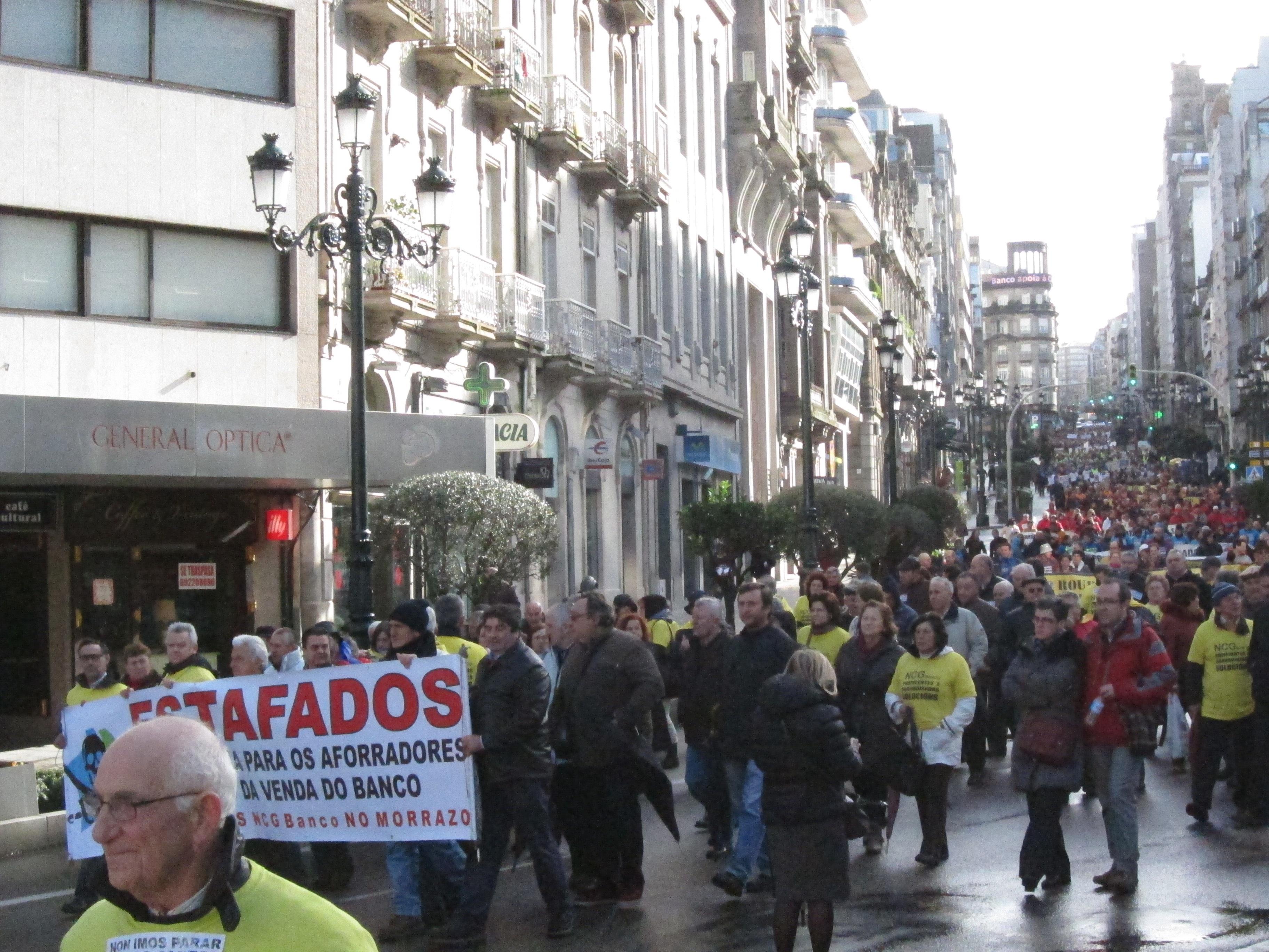 Miles de afectados por las preferentes de toda Galicia se manifiestan en Vigo